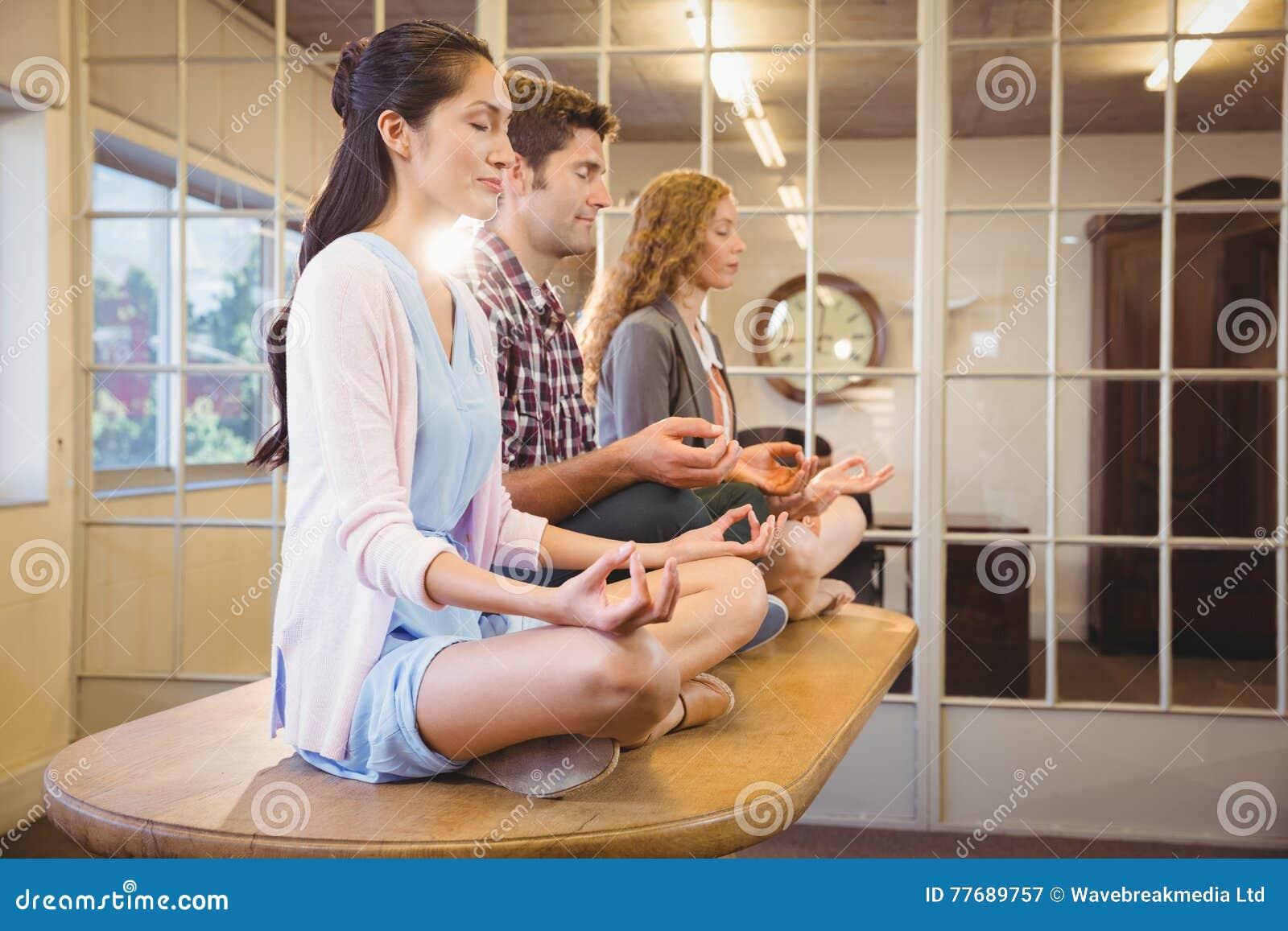 Executivos que fazem a ioga junto