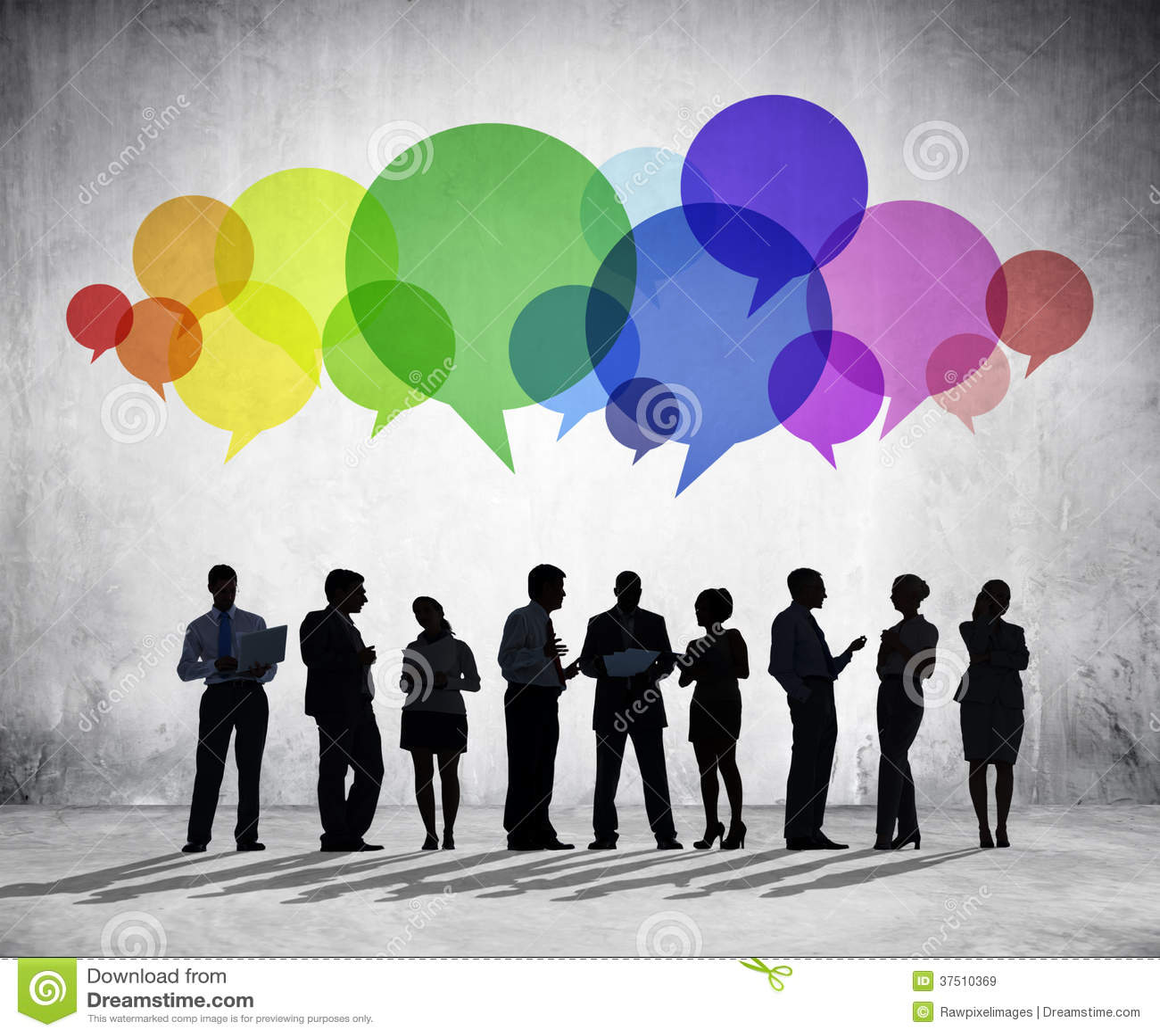 Executivos que têm a discussão em grupo