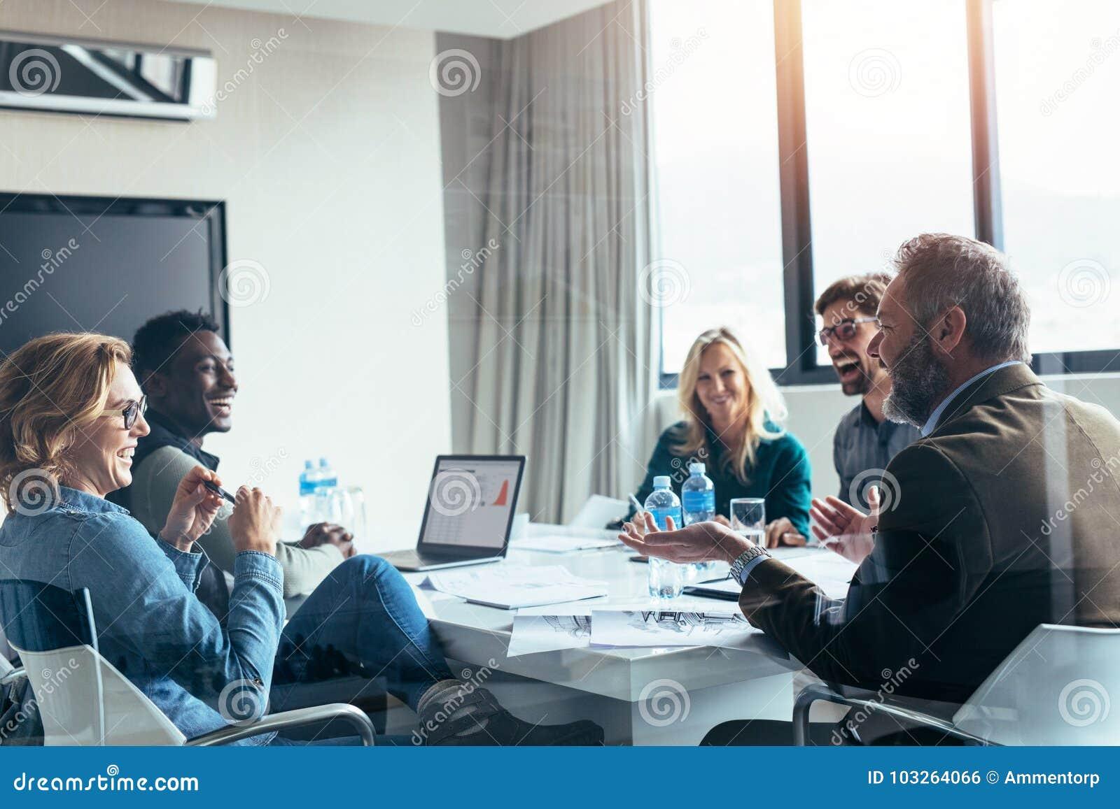Executivos que têm a discussão ocasional durante a reunião