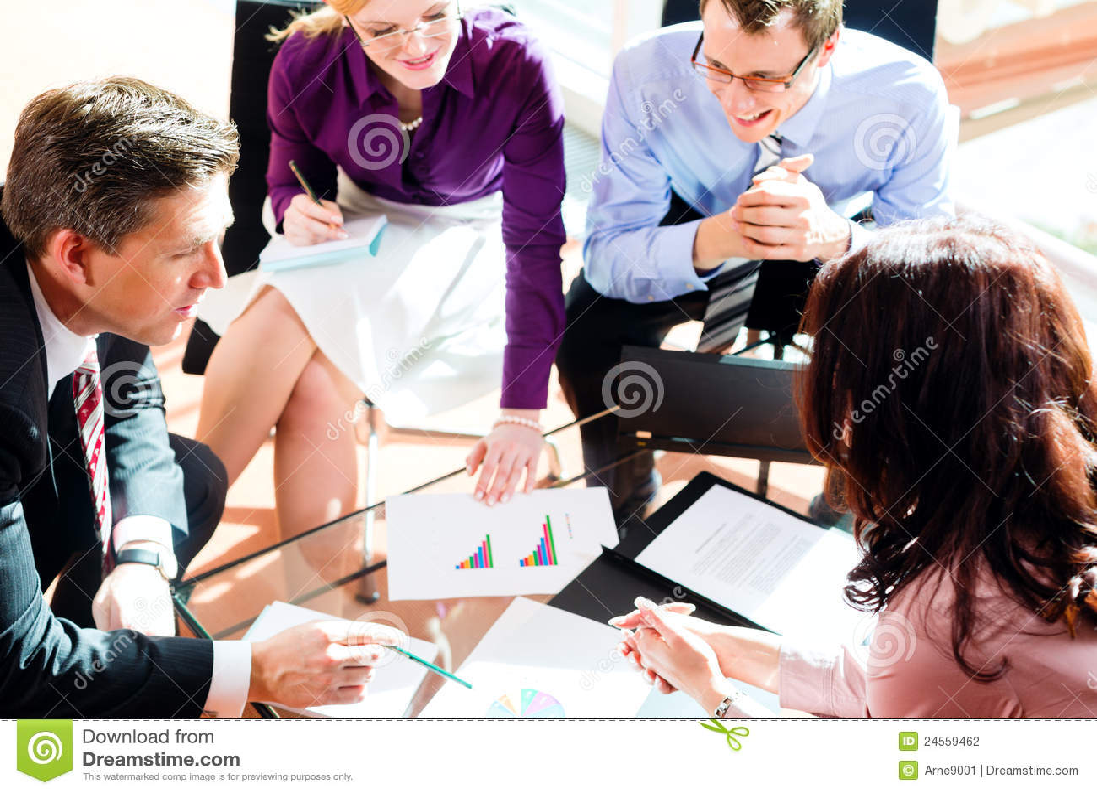 Executivos que têm a reunião no escritório