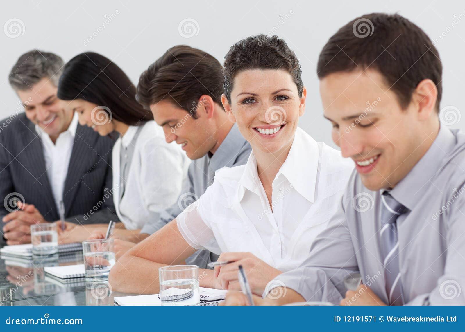 Executivos que tomam notas em uma reunião
