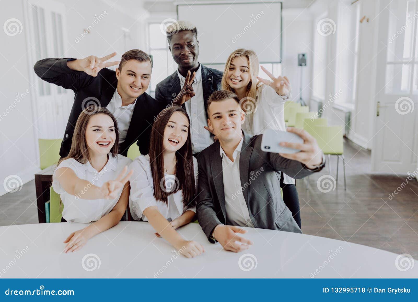 Executivos que tomam o selfie dse no escritório Team o trabalho