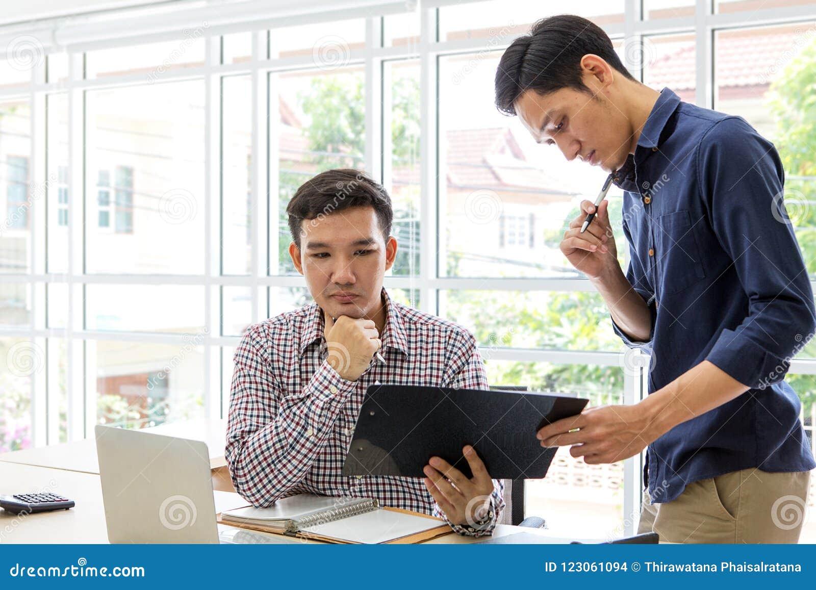 Executivos que trabalham e que discutem no escritório Dois homem U