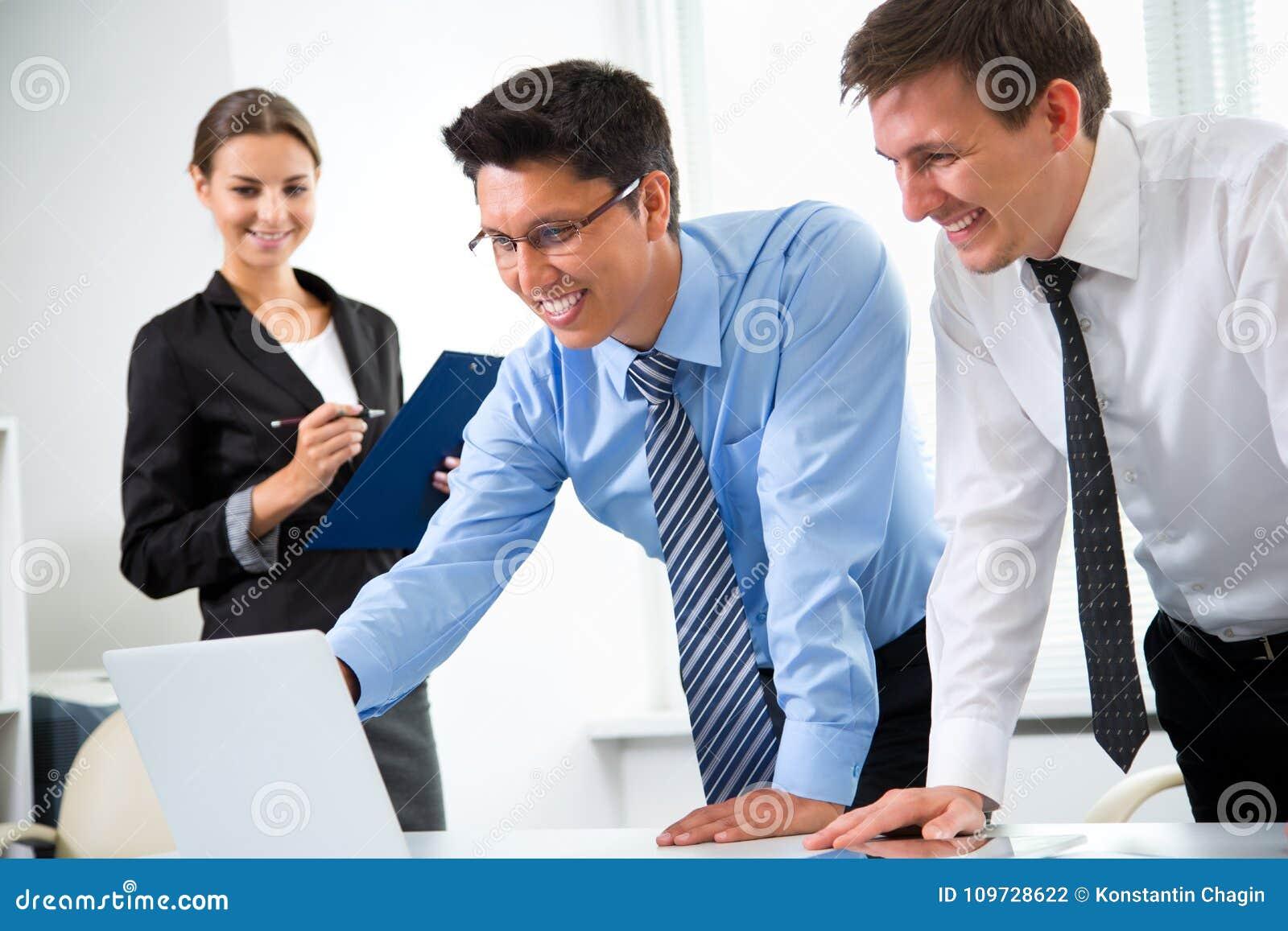 Executivos que trabalham em um escritório