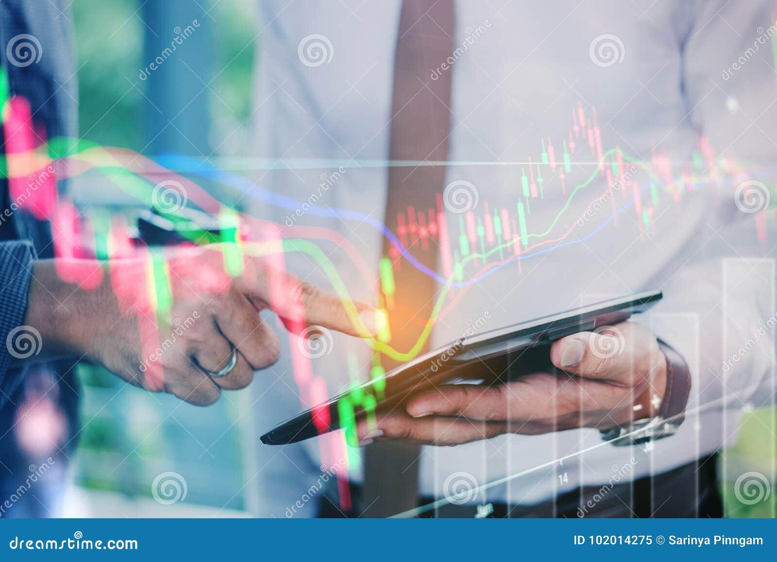 Executivos que trabalham na troca digital do mercado de valores de ação da tabuleta