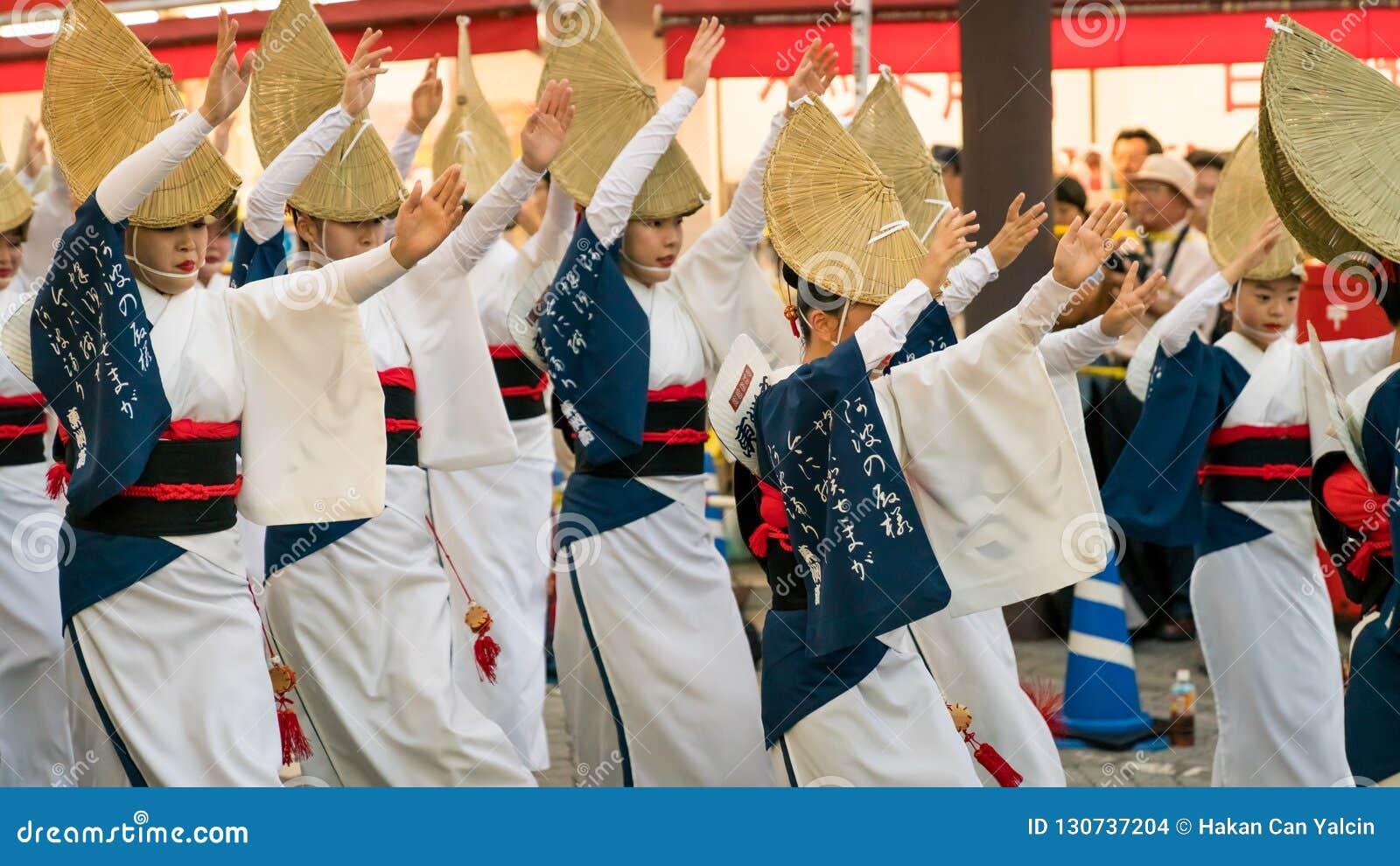 Executores japoneses que dançam a dança tradicional no festival famoso de Koenji Awa Odori, Tóquio de Awaodori, Japão