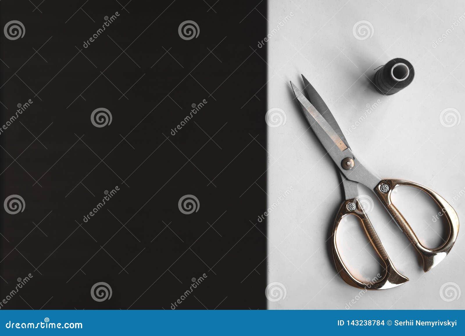 Exemplaar ruimtekader met het naaien van hulpmiddelen en toebehoren, traditionele zaken, fabriek, het concepten handwerk, werkpla