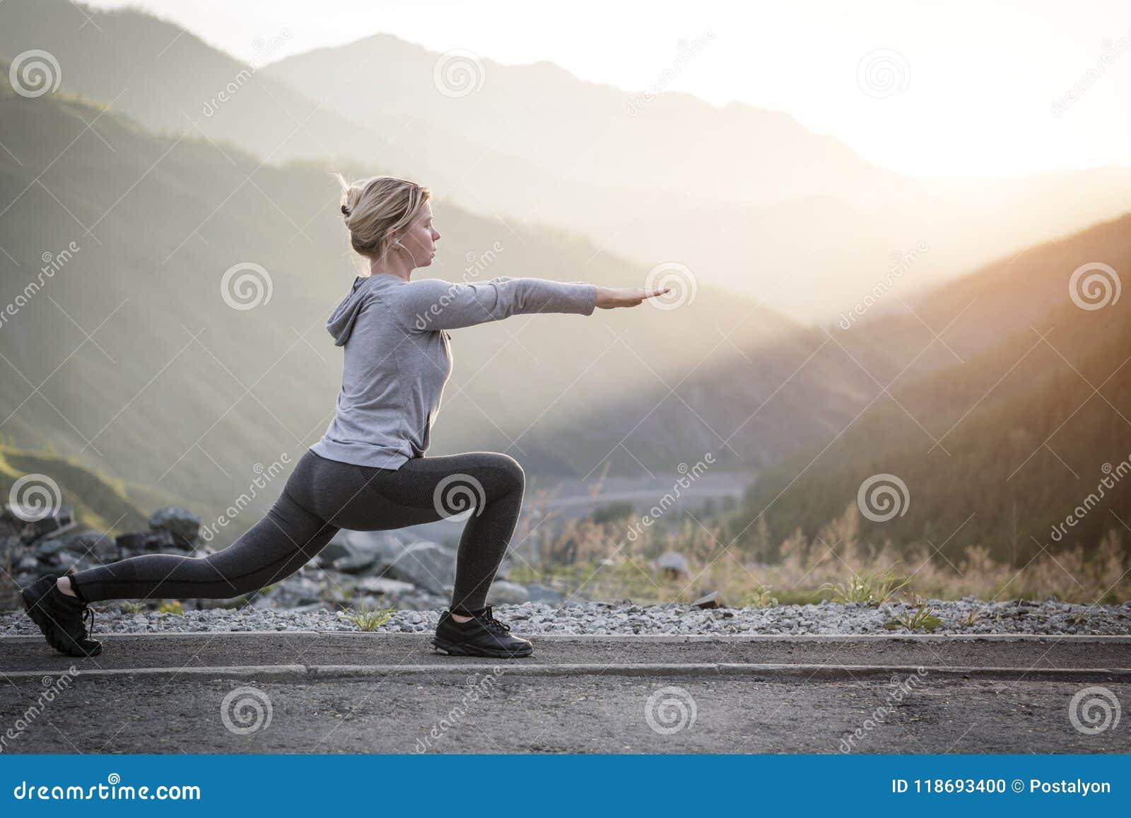 Exerçant la femme adulte dehors Sports et récréation Forme physique