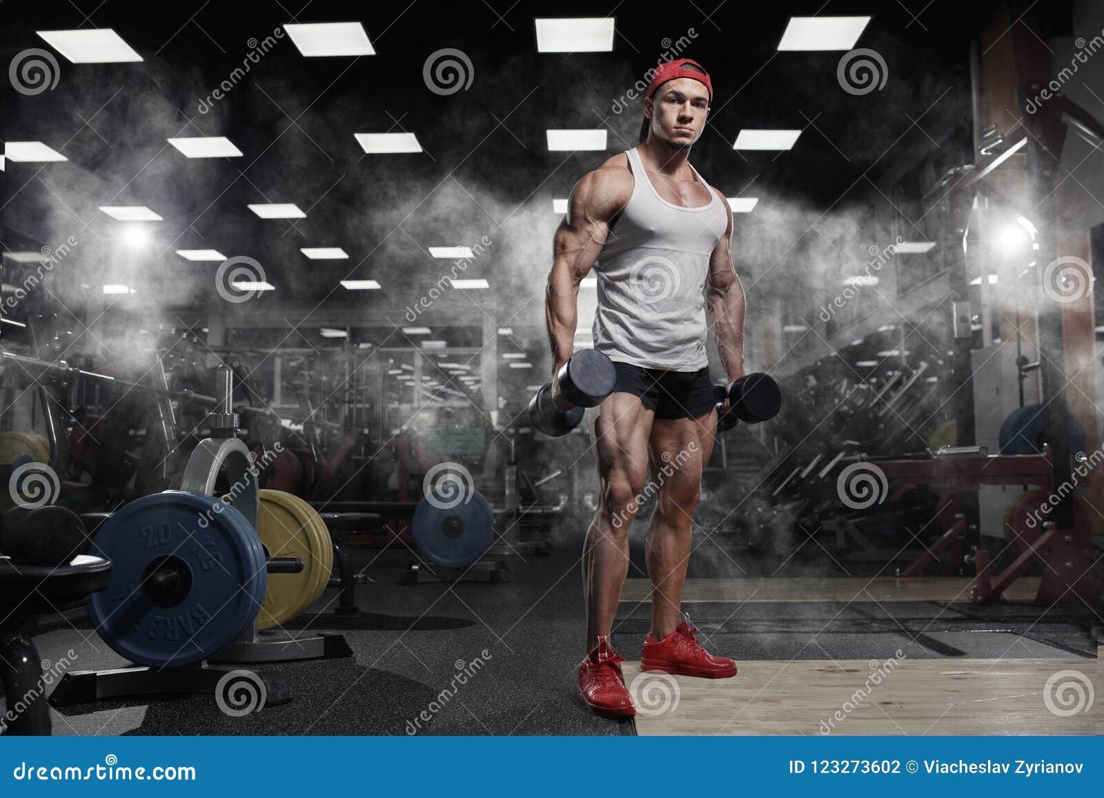 Exercício atlético muscular do modelo do esporte da aptidão do halterofilista no gym