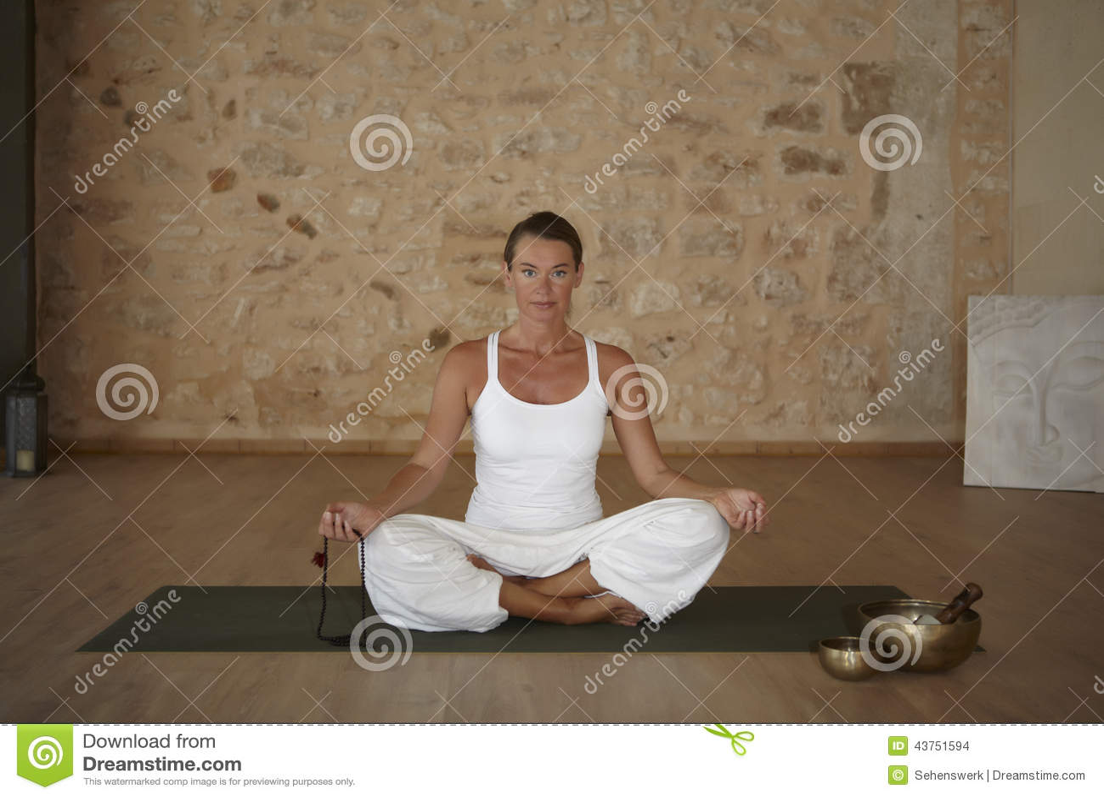 Exercício da ioga interno em uma sala