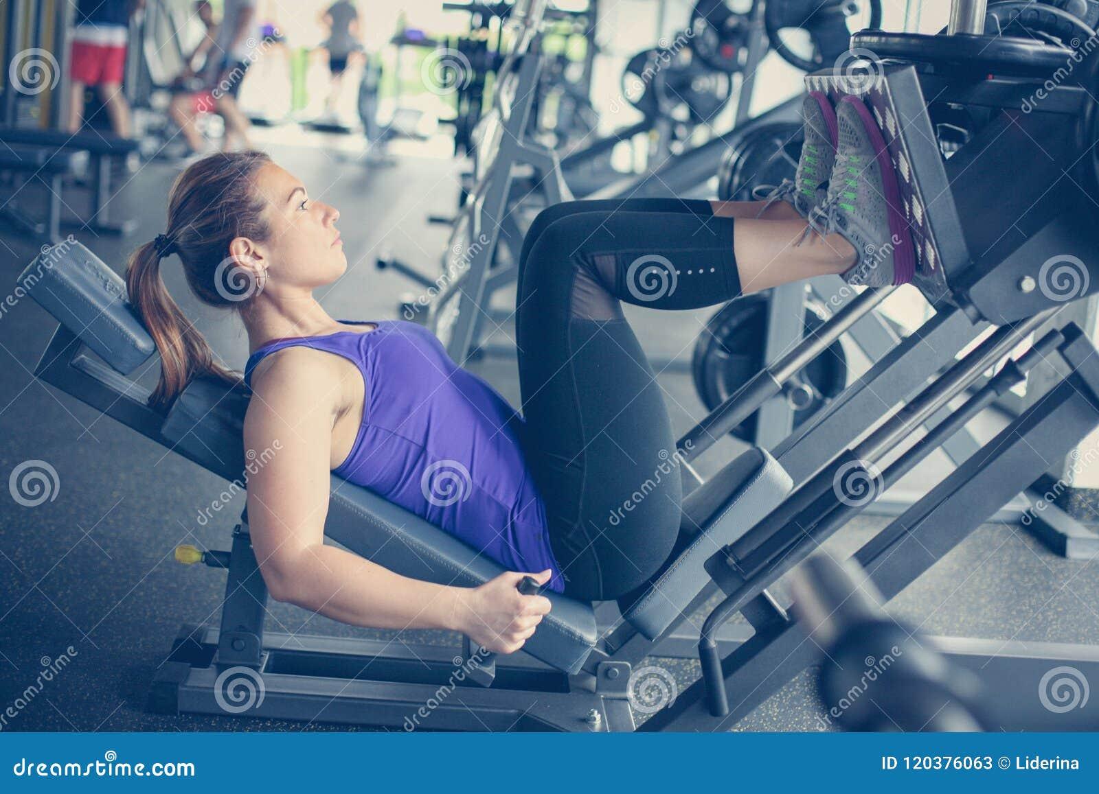 Exercício da jovem mulher no gym