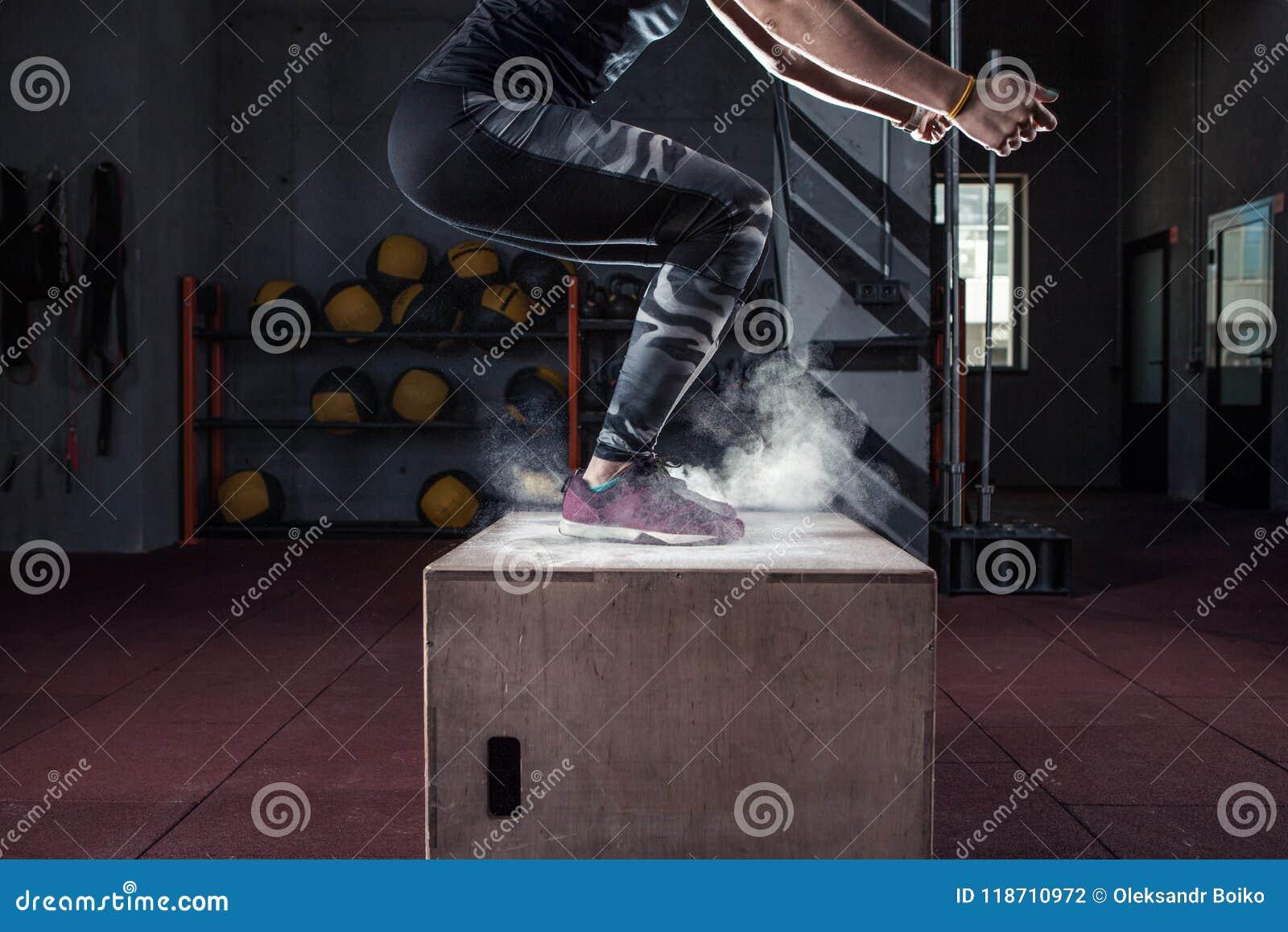 Exercício do salto da caixa no close up apto do gym da cruz