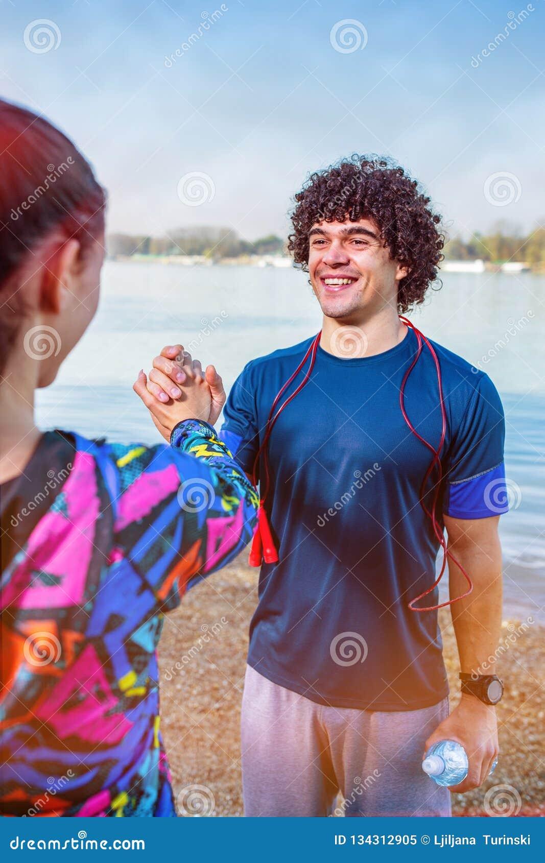 Exercício - pessoa que dá cinco altos entre si após o exercício