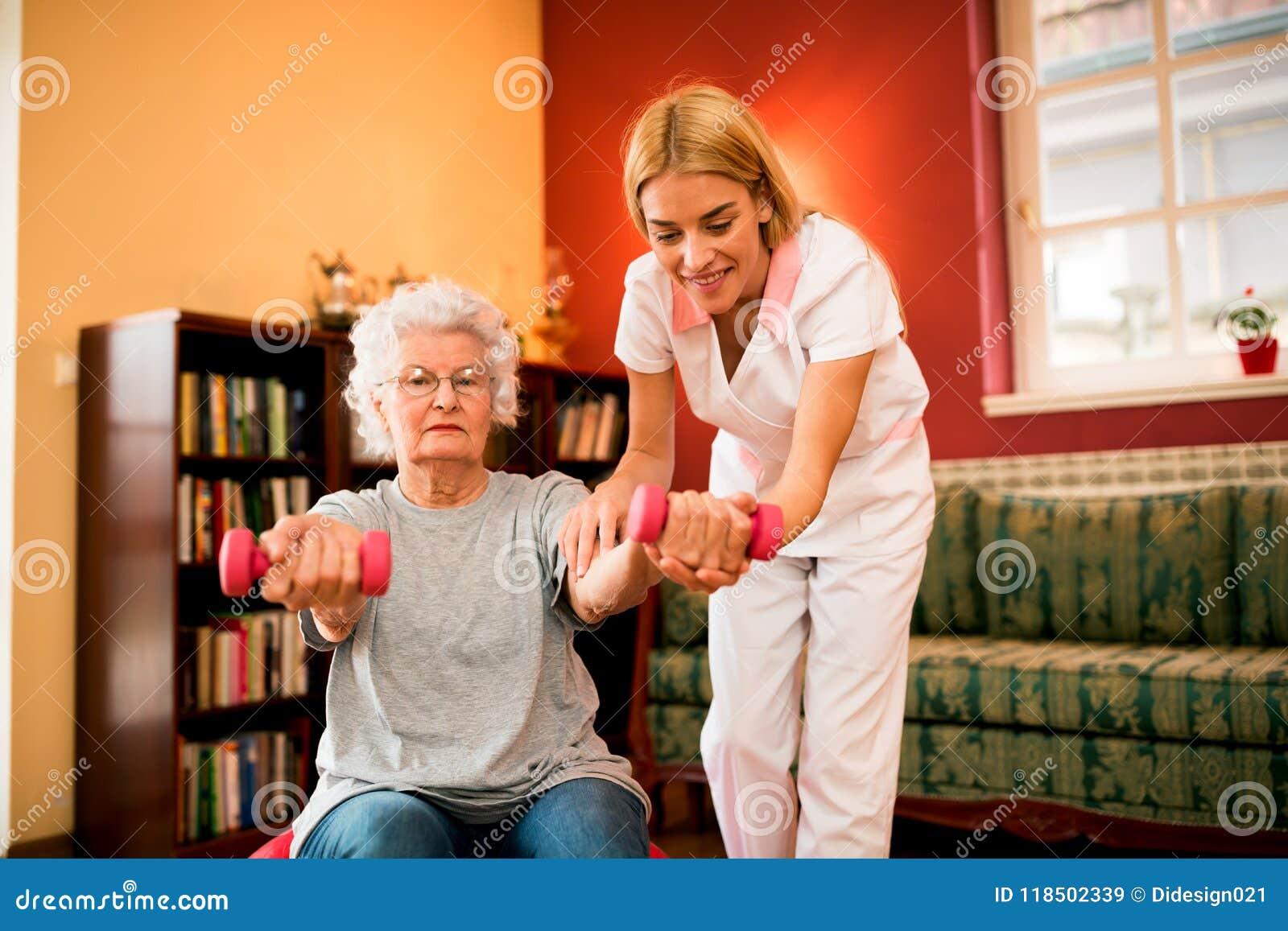 Exercício superior da mulher com pesos