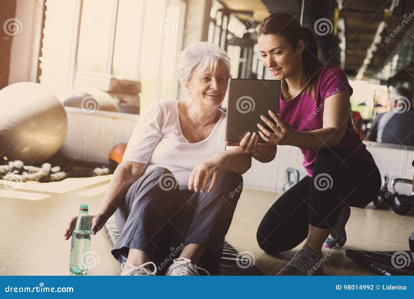 Exercício superior da mulher no centro de reabilitação