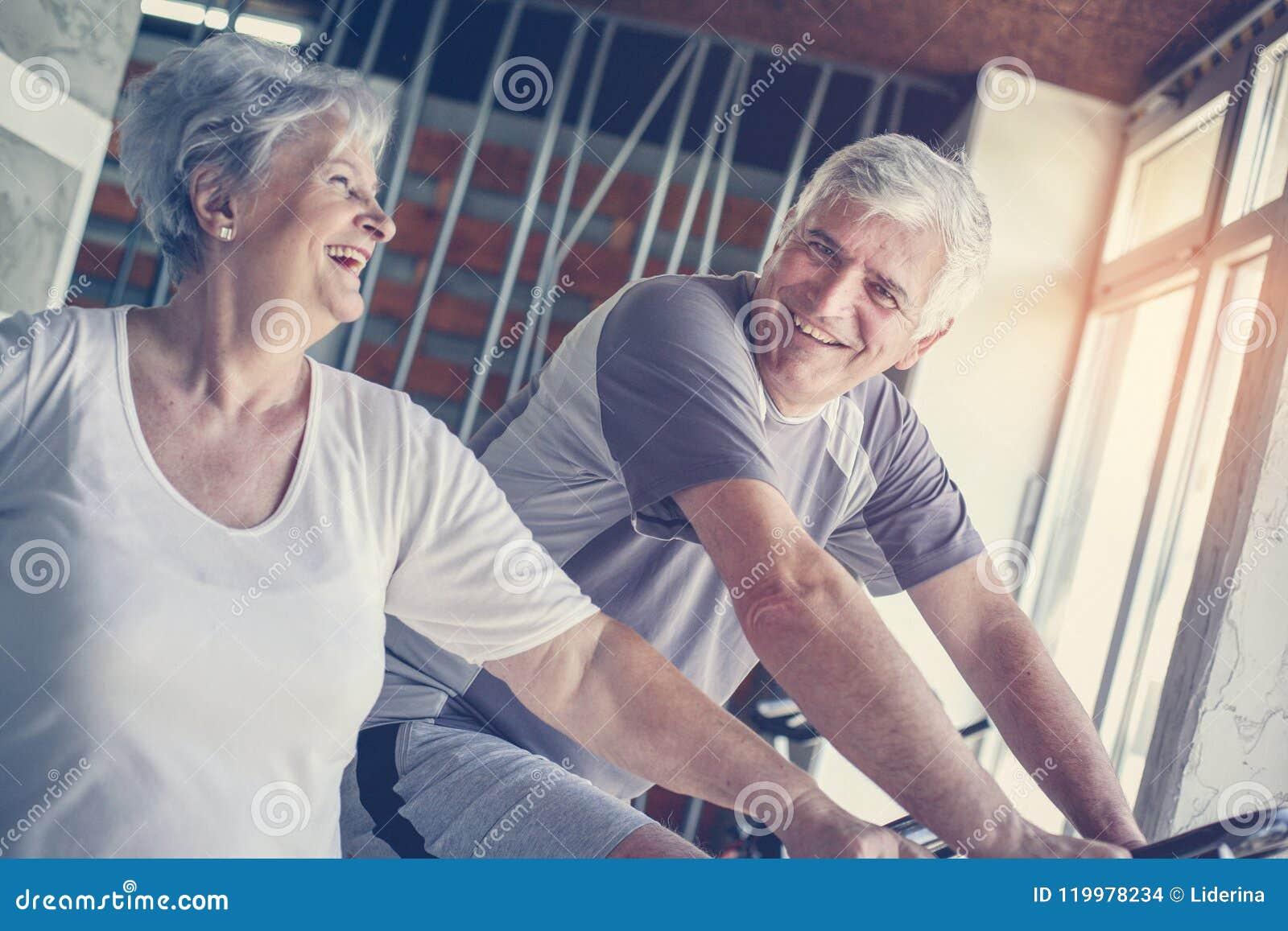 Exercício superior de dois povos no gym