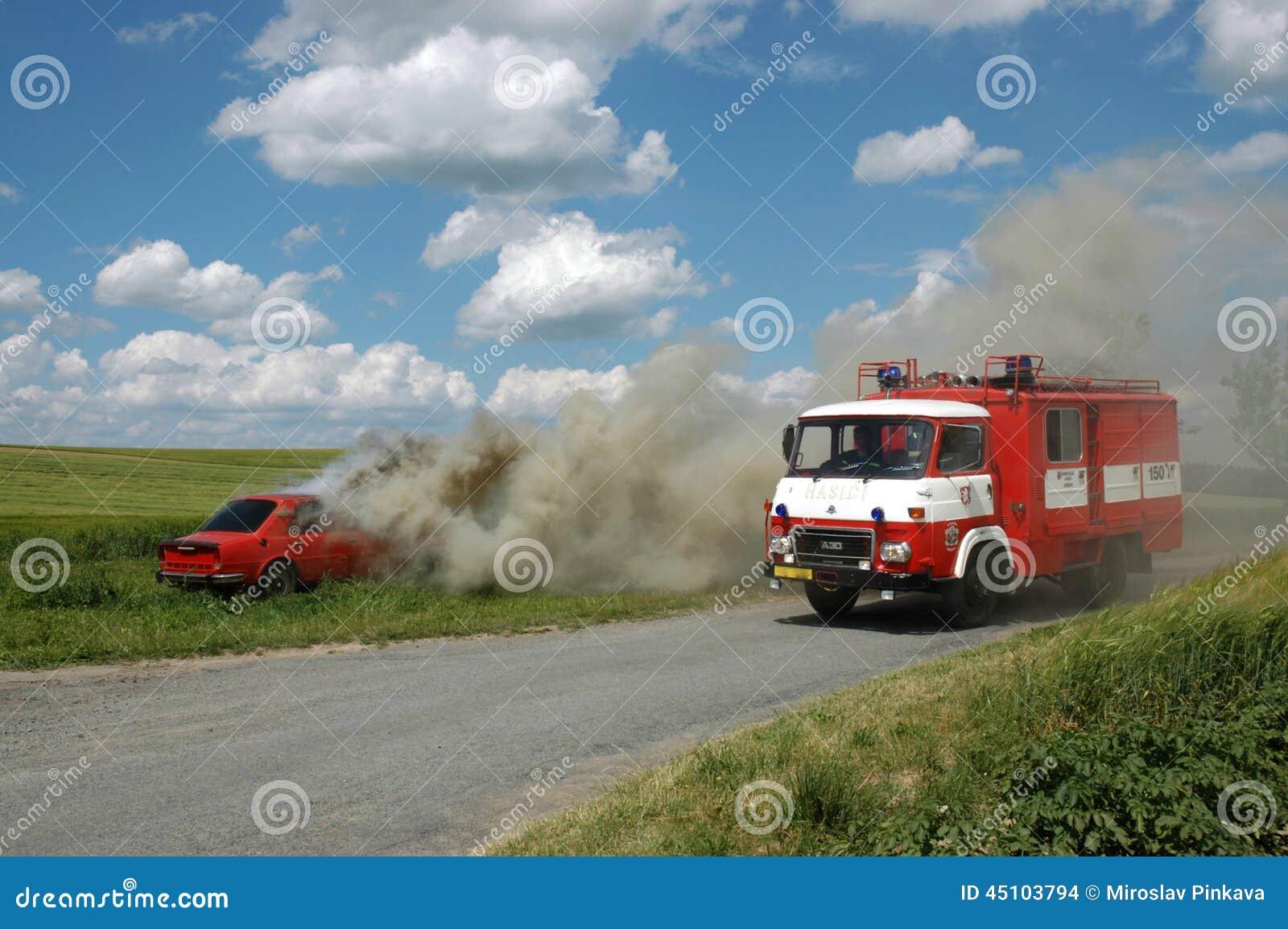 exercez les pompiers d monstration d 39 extincteur de la voiture image stock ditorial image. Black Bedroom Furniture Sets. Home Design Ideas