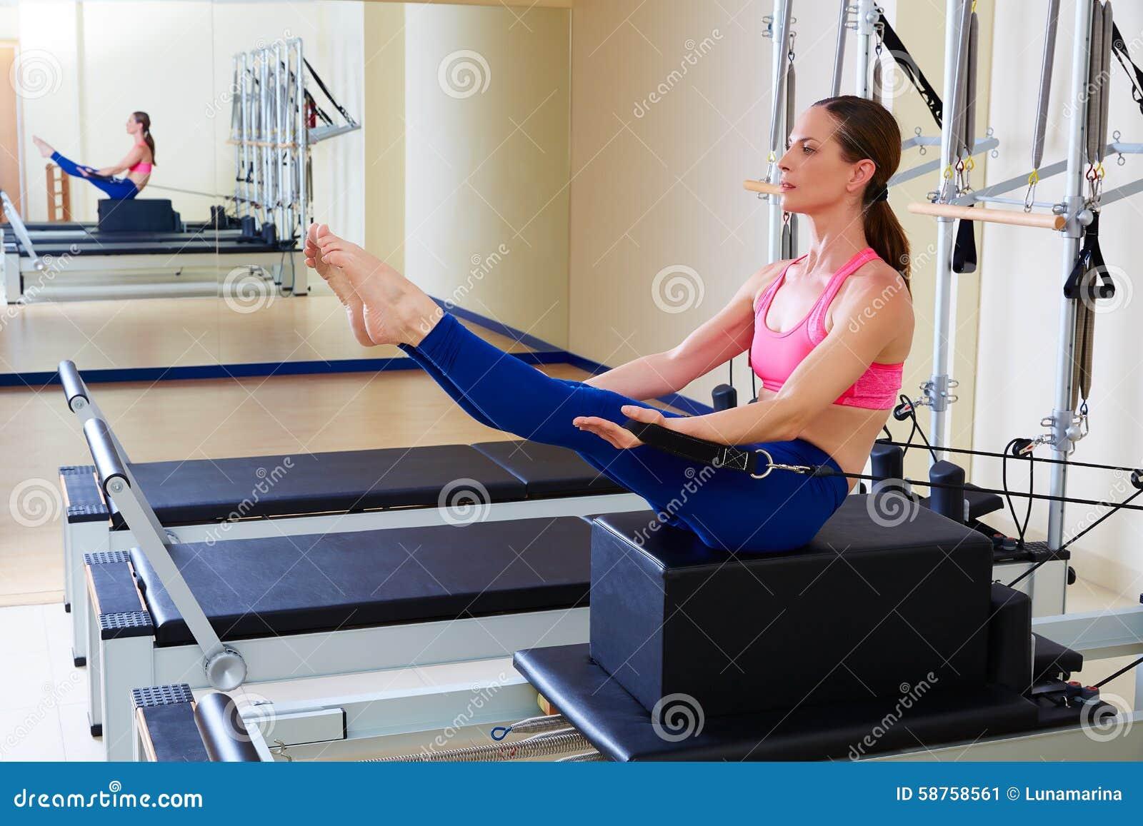 Exercice d énigme de boîte de short de femme de réformateur de Pilates
