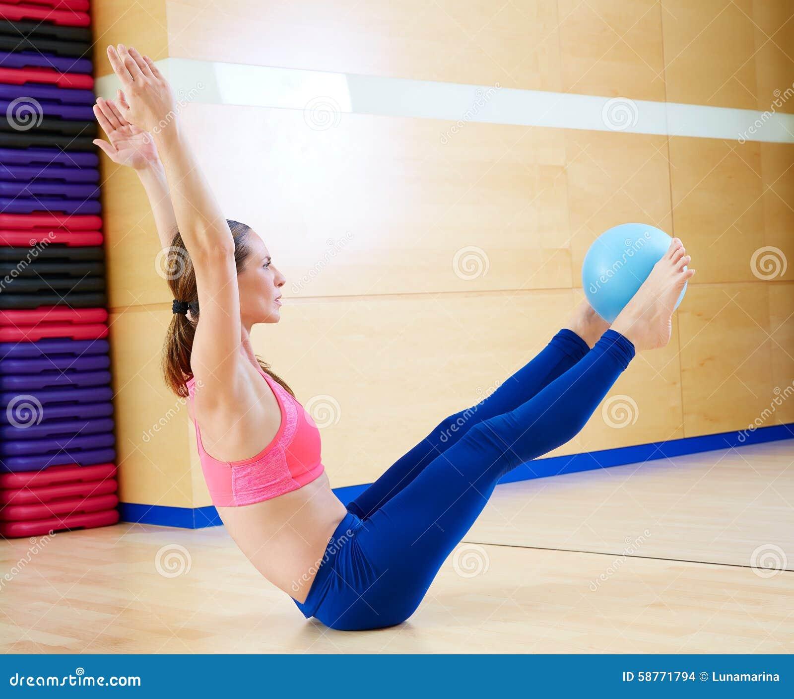 Exercice d énigme de boule de stabilité de femme de Pilates