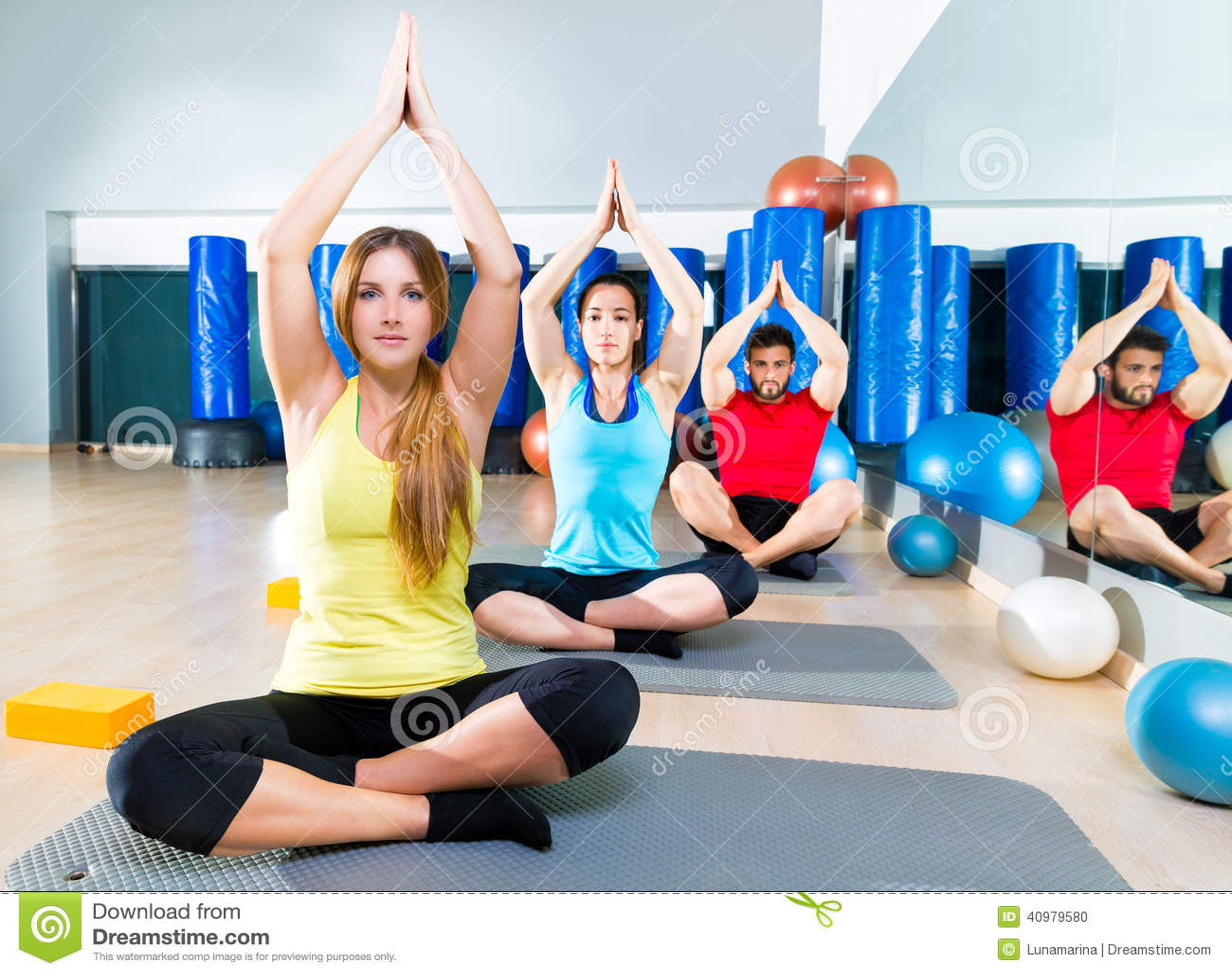 Exercice d entraînement de yoga dans le groupe de personnes de gymnase de forme physique
