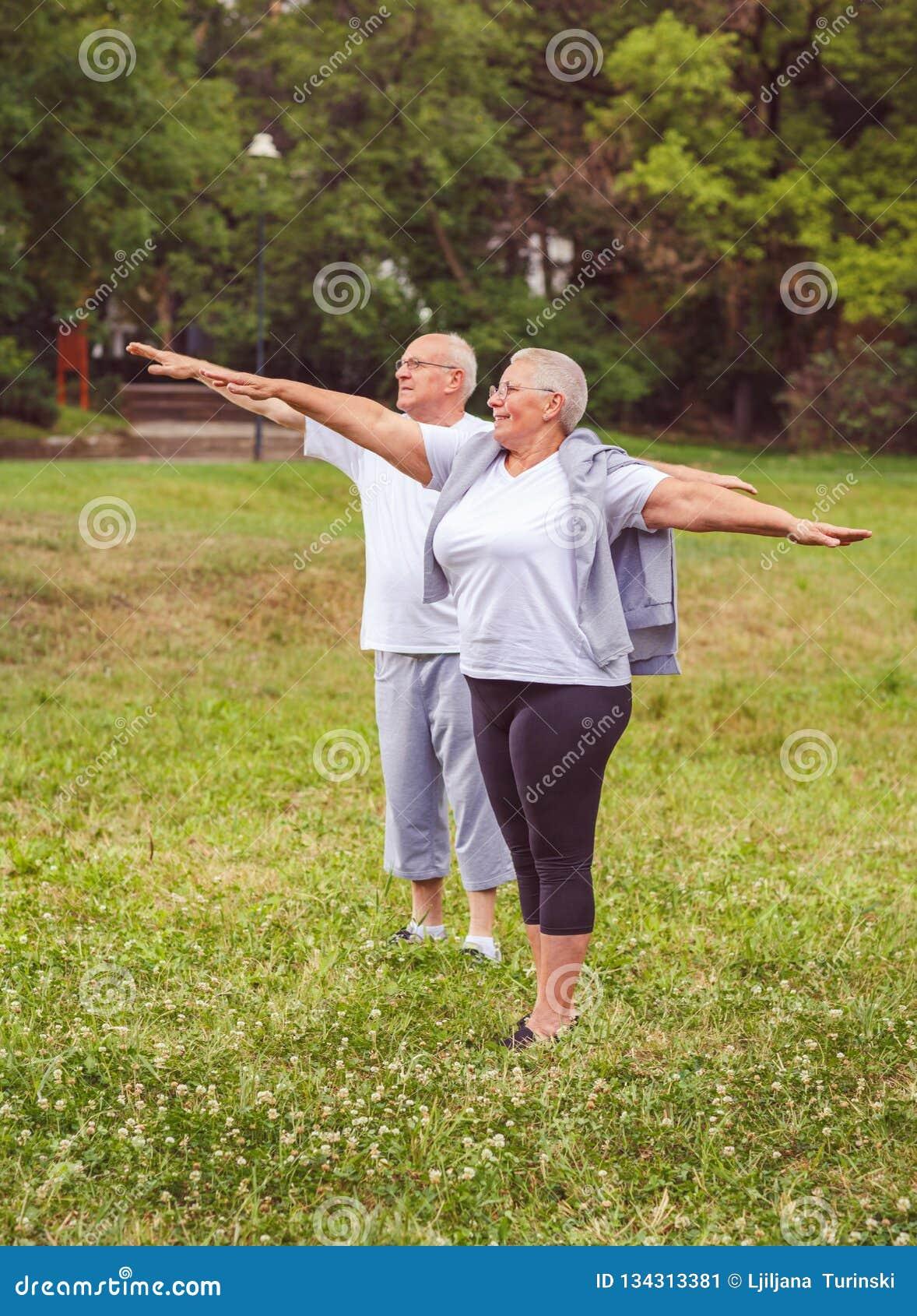 Exercice supérieur - couple âgé sain nous reposant après des exercices de sport ensemble séance d entraînement meilleure