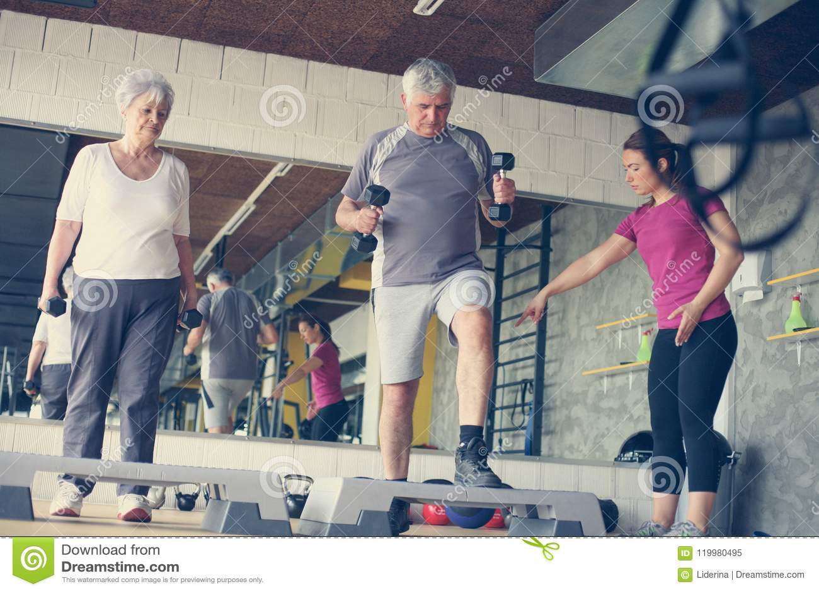 Exercice travaillant d entraîneur personnel avec les couples supérieurs