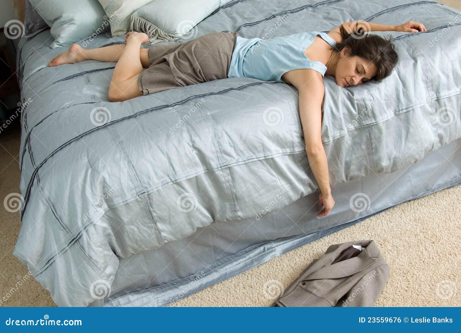 Развалилась на постели 5 фотография