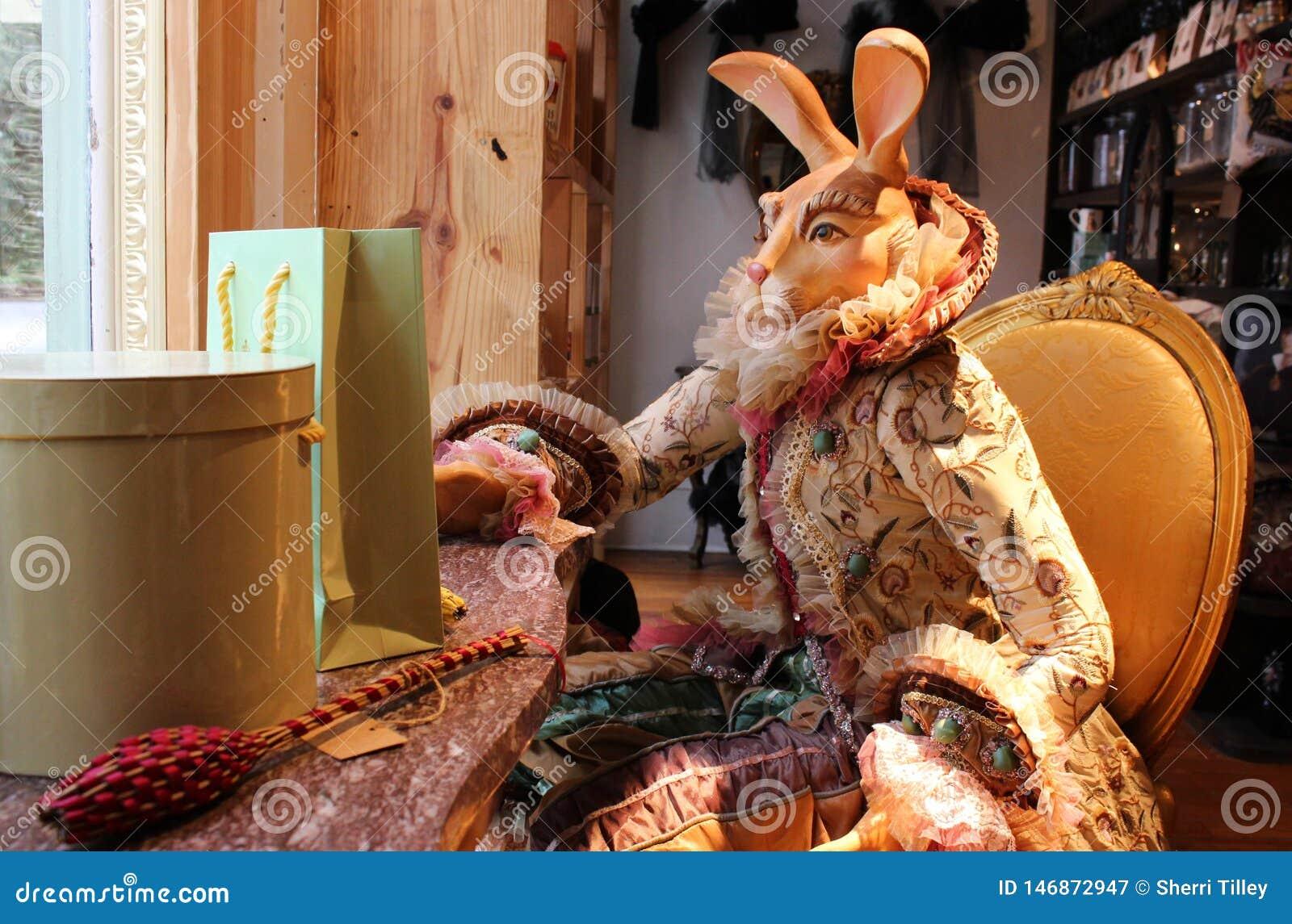 Exhibición de carácter animal vestida del conejo en ventana de tienda