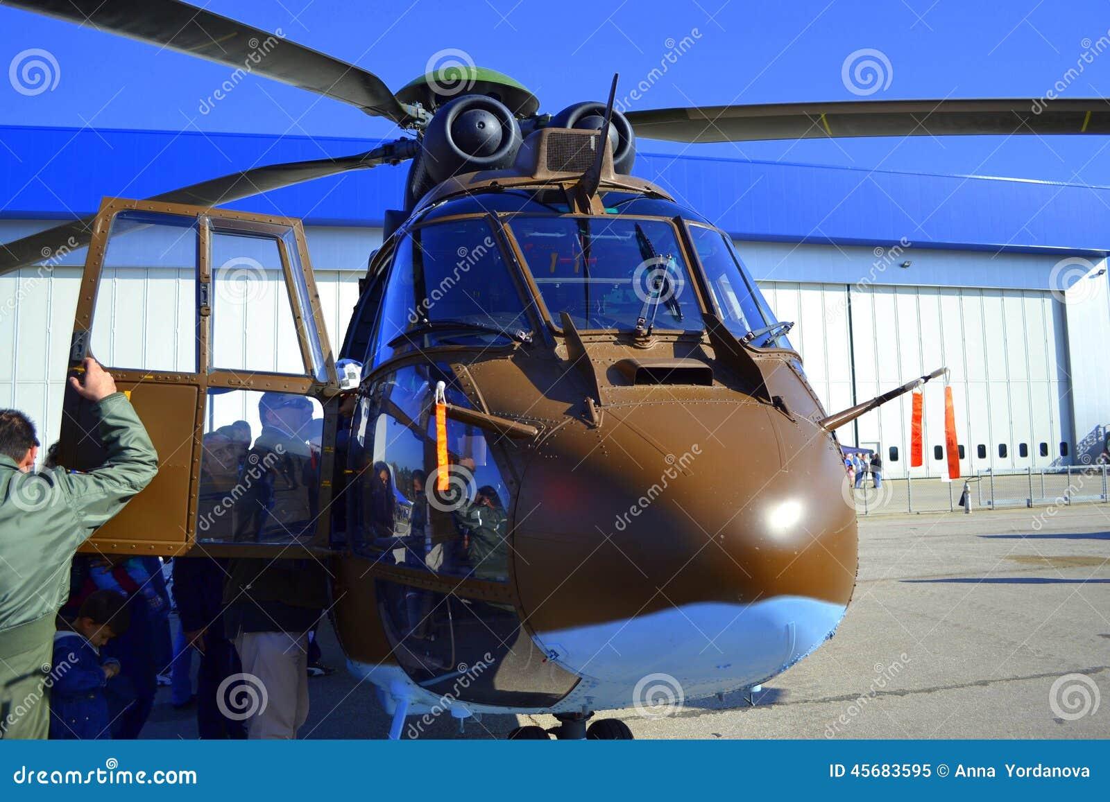Exhibición de la vista delantera del puma de Eurocopter AS532