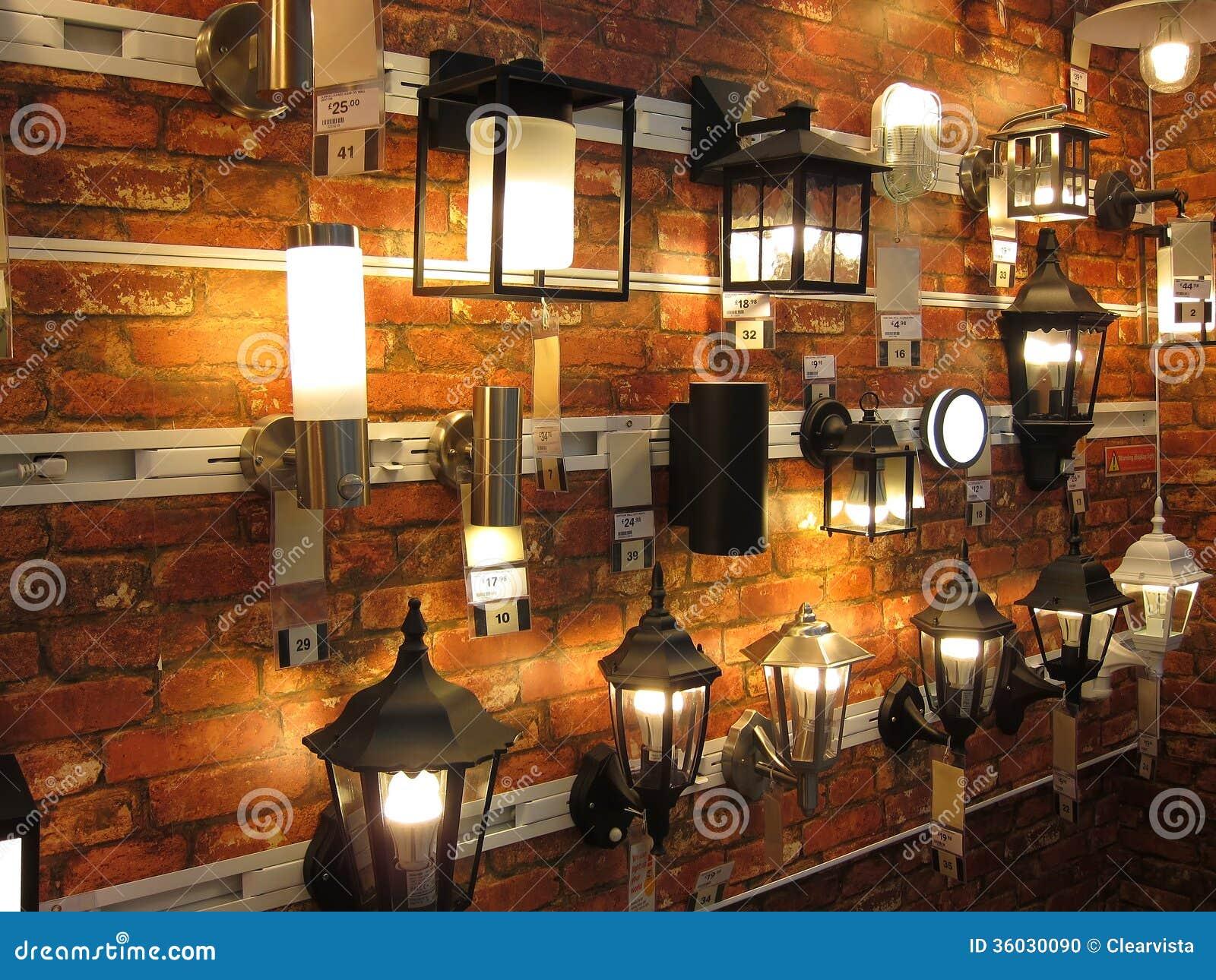 Exhibición ecléctica de la lámpara de pared en una tienda de la iluminación.