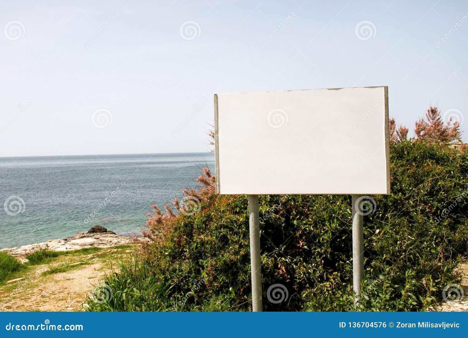 Exhibición y tabla en blanco, mar de la cartelera de publicidad en fondo Agencias de publicidad