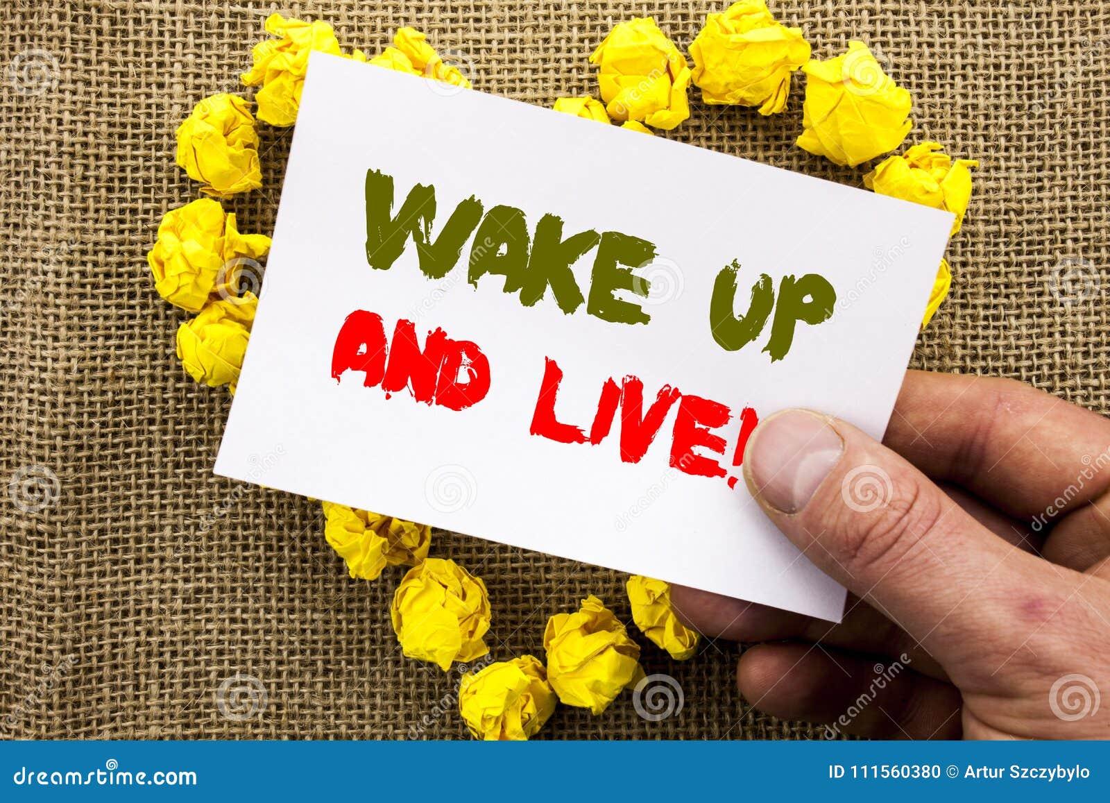 A exibição escrita à mão do sinal do texto acorda e vive Sonho inspirador Live Life Challenge do sucesso da foto conceptual escri