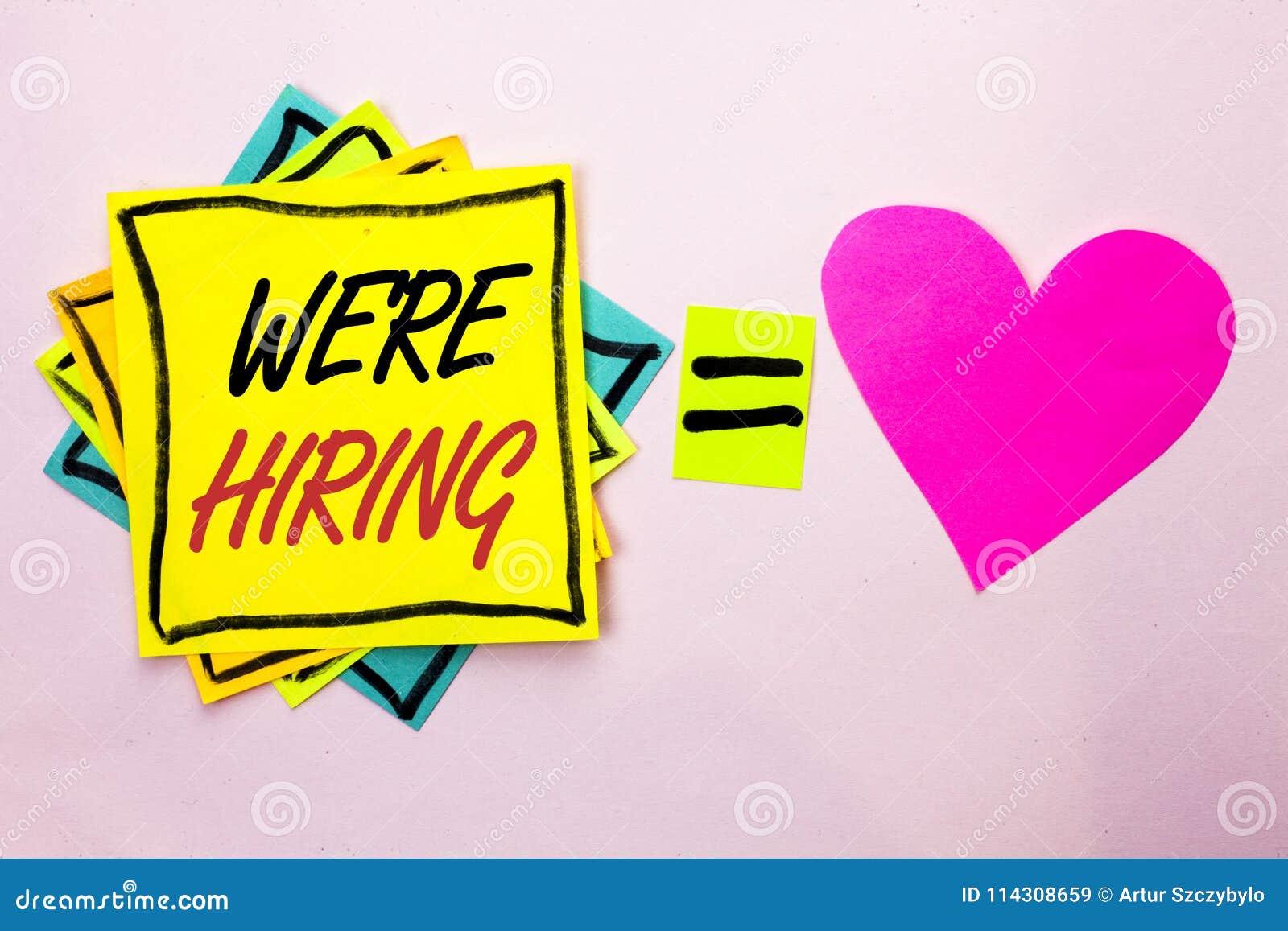 Exibição que do sinal do texto nós estamos contratando A foto conceptual que recruta contratando agora a vaga do recrutamento anu