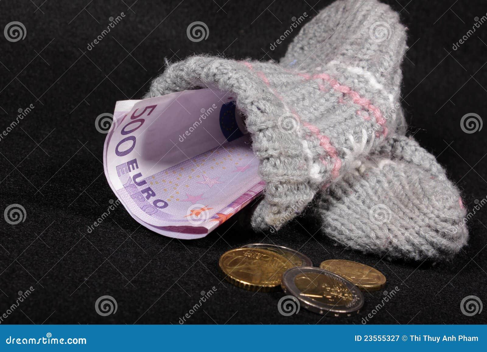 Existencias de dinero euro en un calcetín