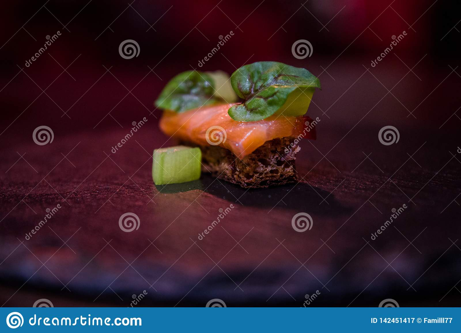 Exklusiv aptitretare med bröd, gurkan och laxen