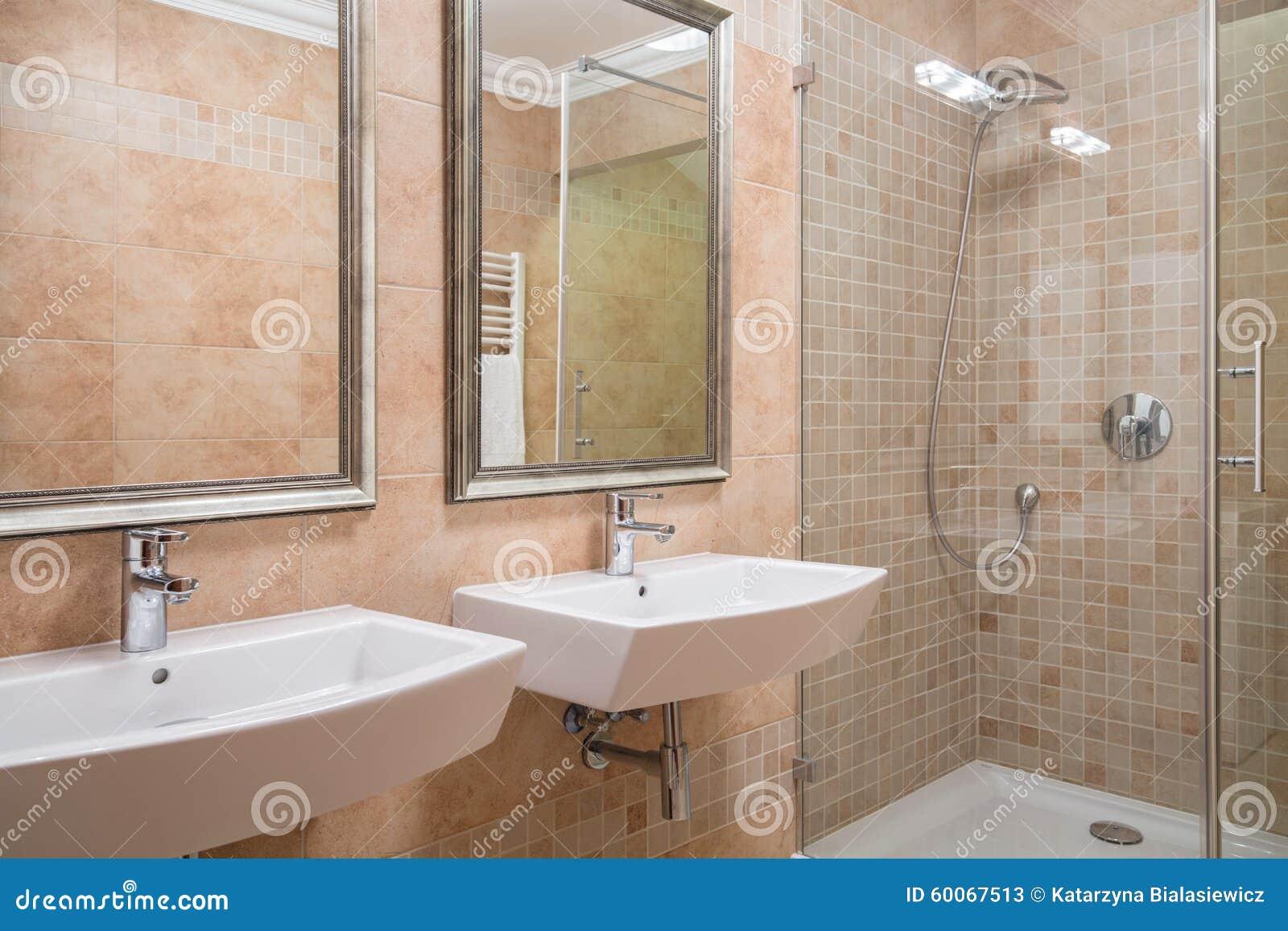 Exklusives Badezimmer Mit Dusche Stockbild - Bild von dekor, foto ...