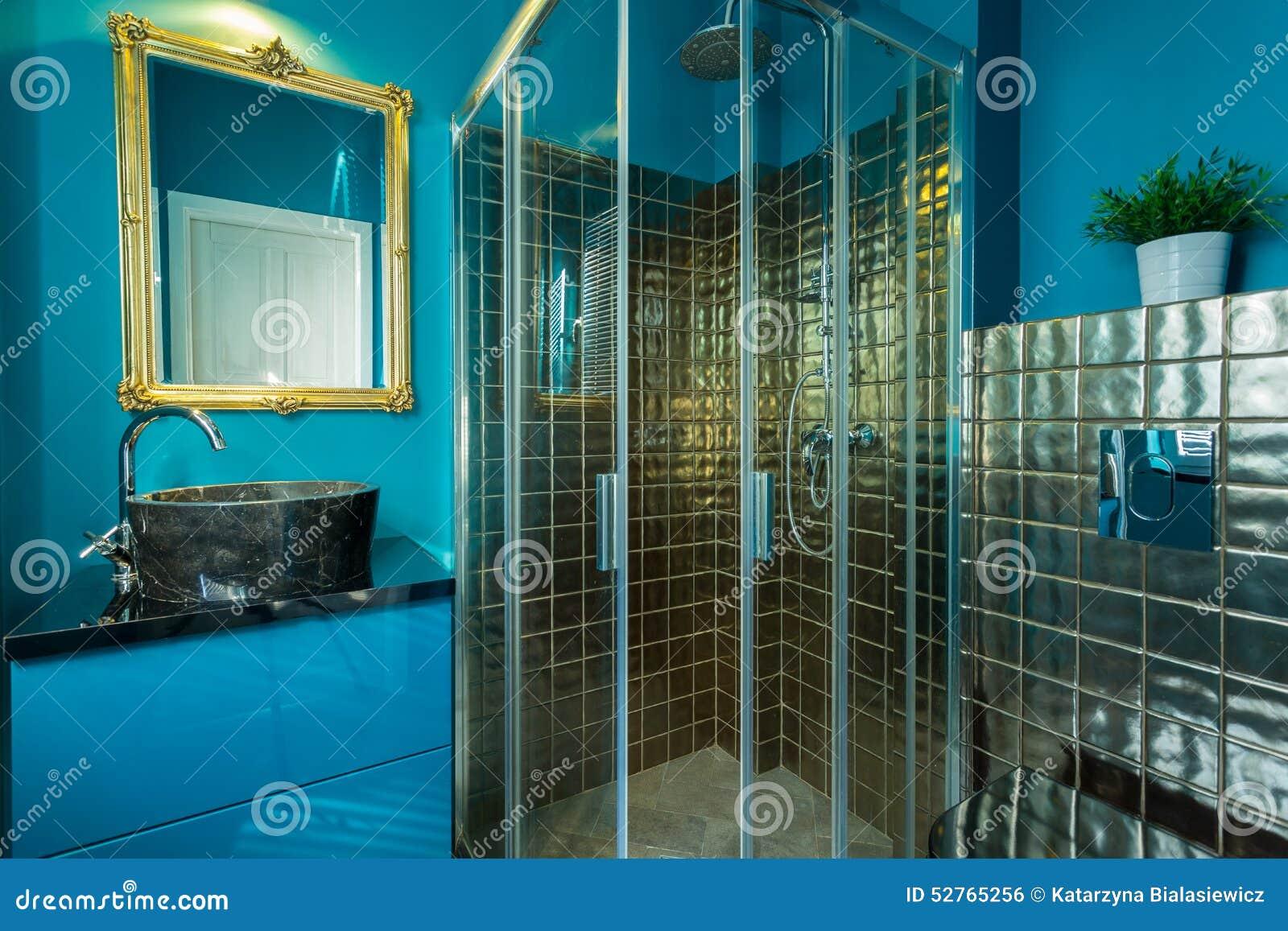 Guld  handfat i badrum arkivfoto   bild: 55580505