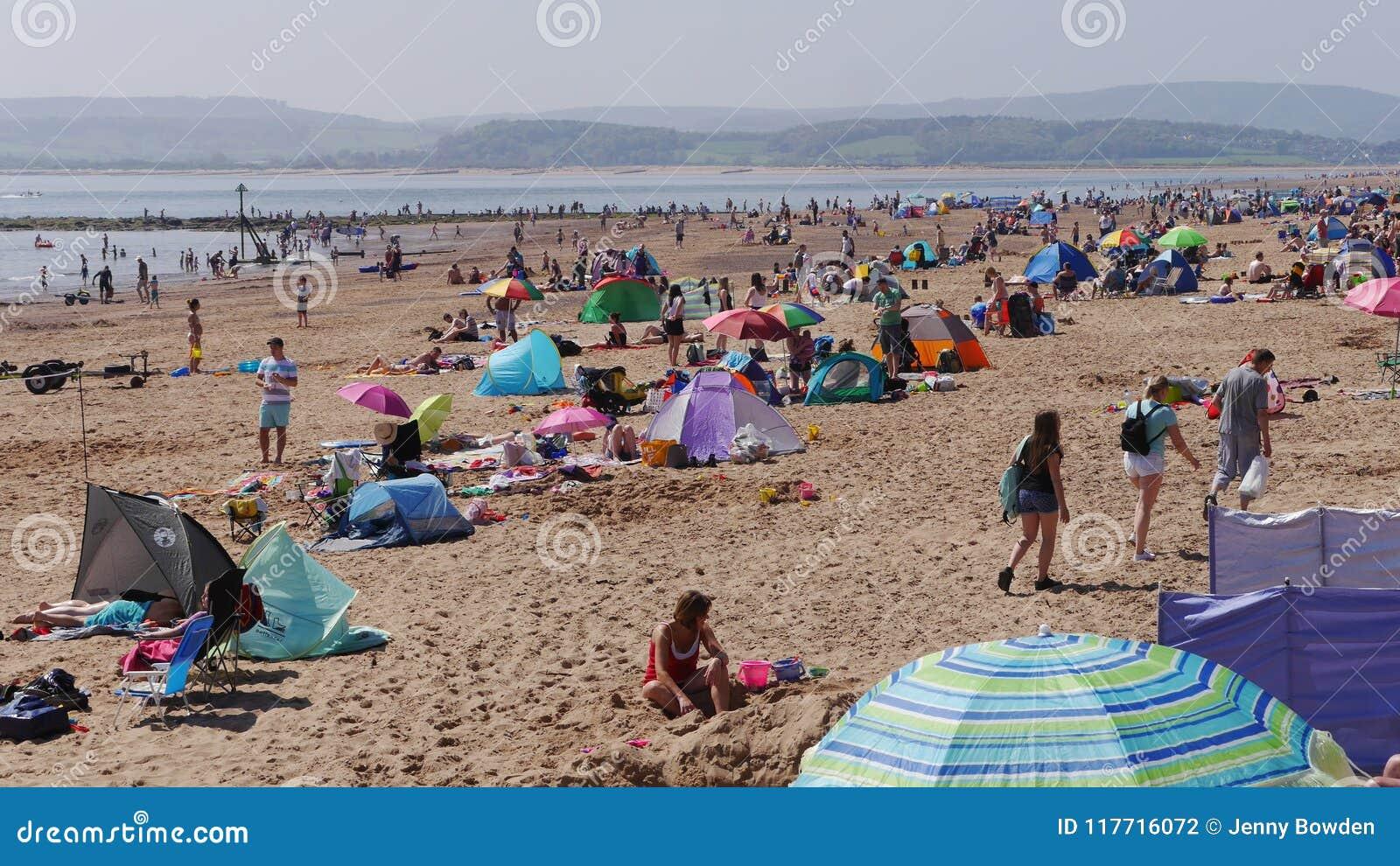 Exmouth Ein populärer Badeort in Devon Süd- West-England Mengen scharen sich zum Strand im Mai Weihnachtsfeiertag Sonntag 2018