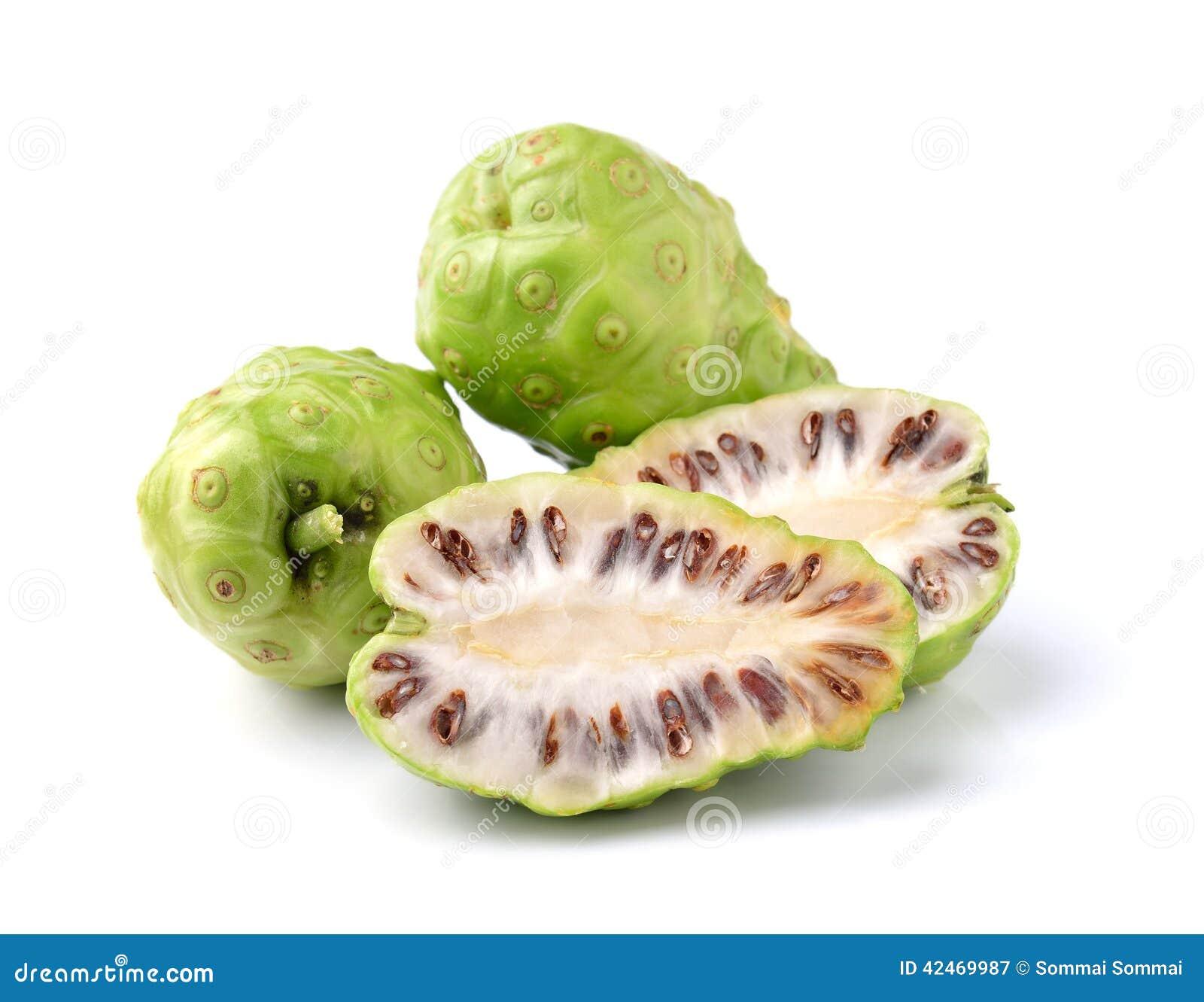 Exotische Frucht - Noni auf weißem Hintergrund