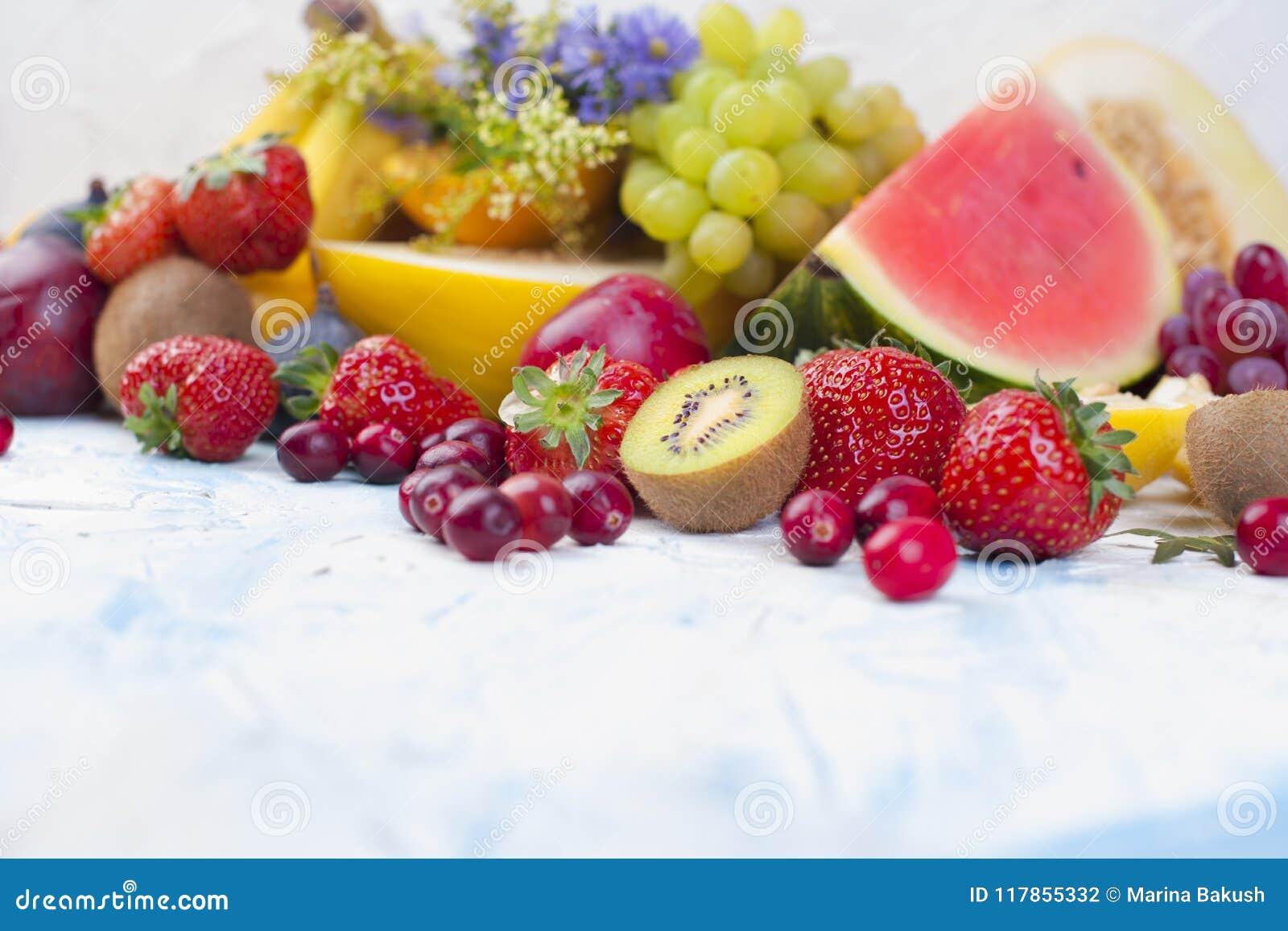 Exotische tropische vruchten op witte achtergrond, gezond voedsel, vegetarisch dieet De ruimte van het exemplaar