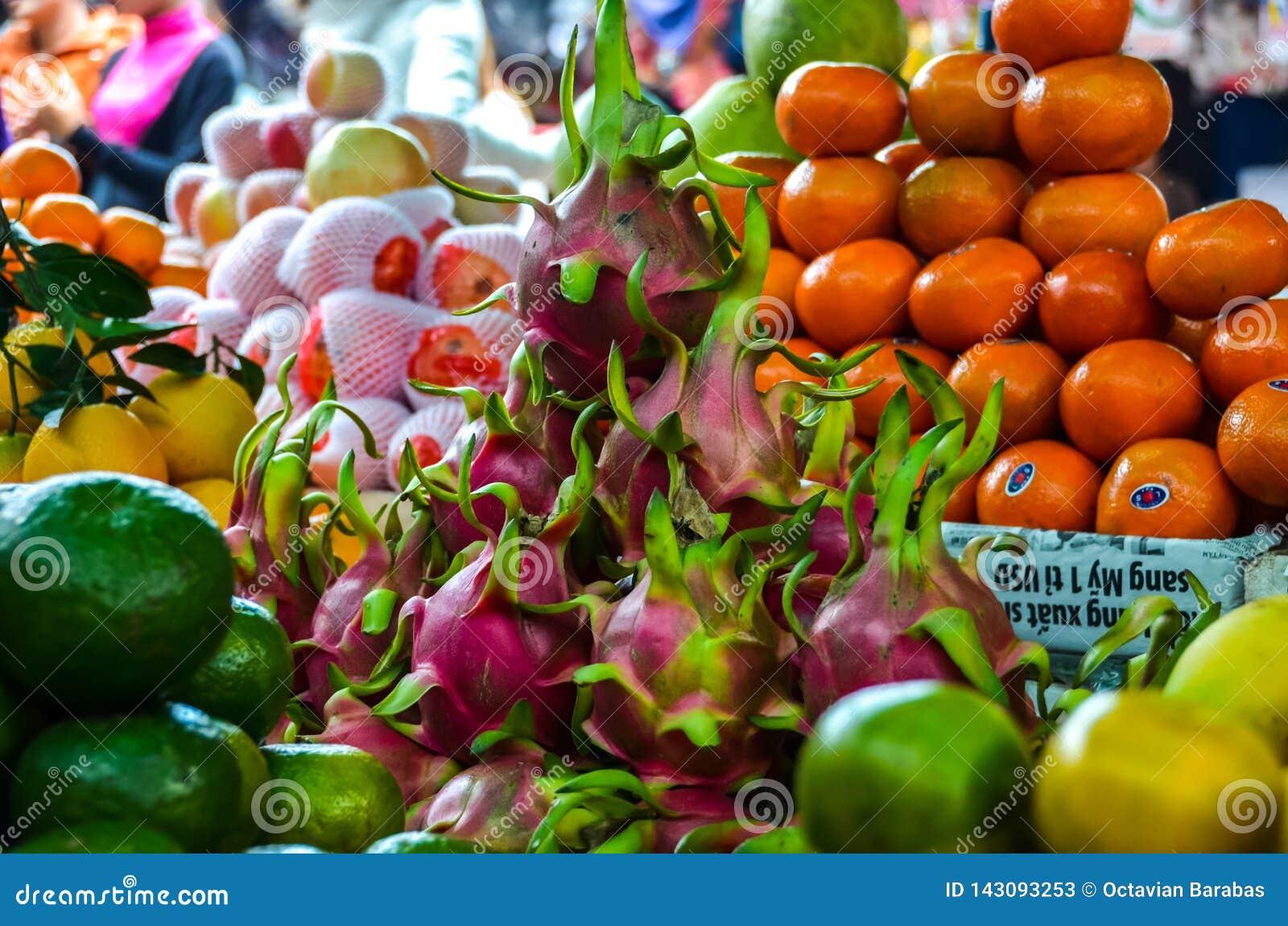 Exotische vruchten op markt in Vietnam voor verkoop
