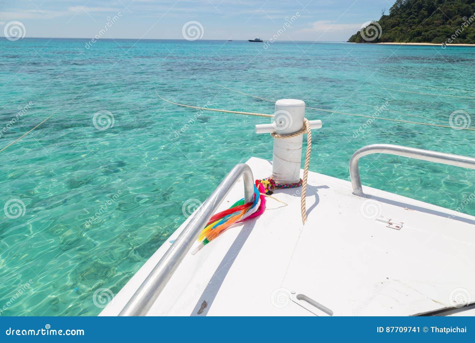 Expédiez les bateaux et la surface de mer au rok de KOH, Thaïlande