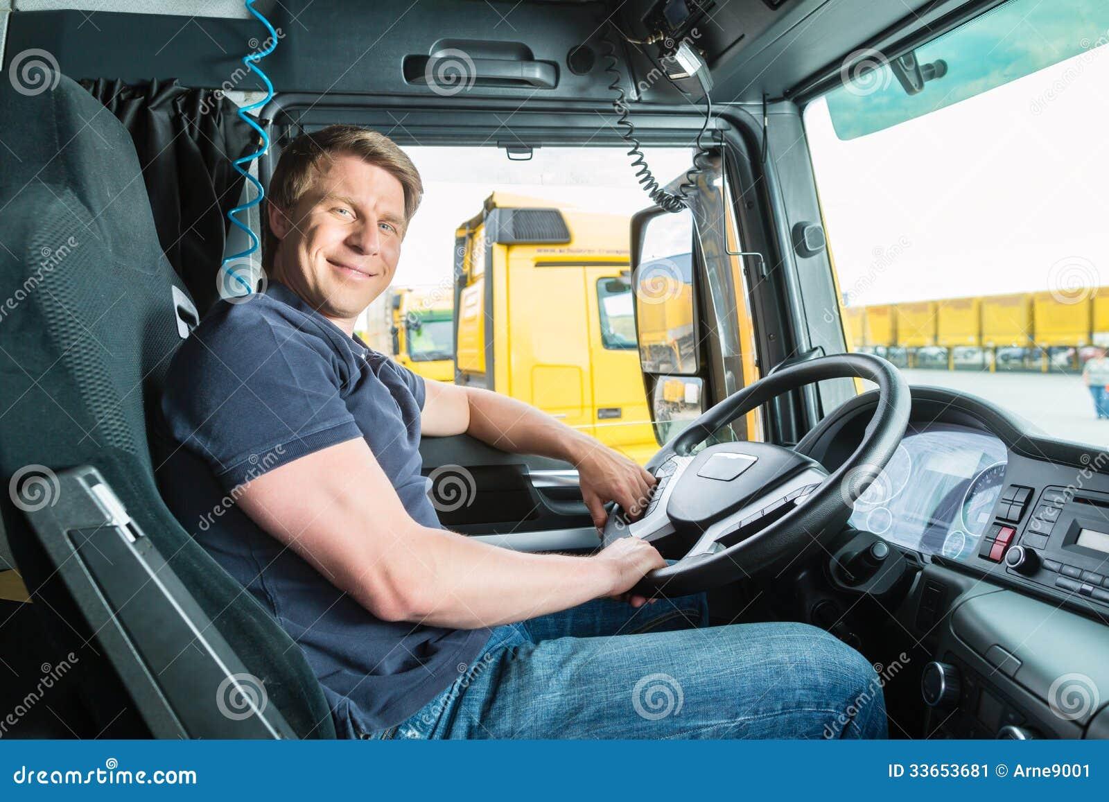 Expéditeur ou chauffeur de camion dans le chapeau de conducteurs
