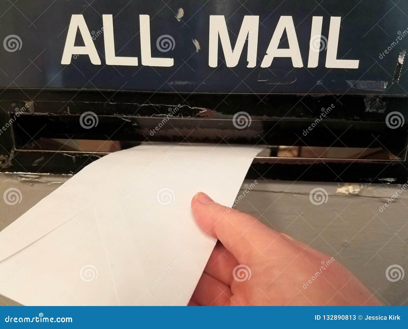 Expédition d une lettre dans la fente de courrier au bureau de poste