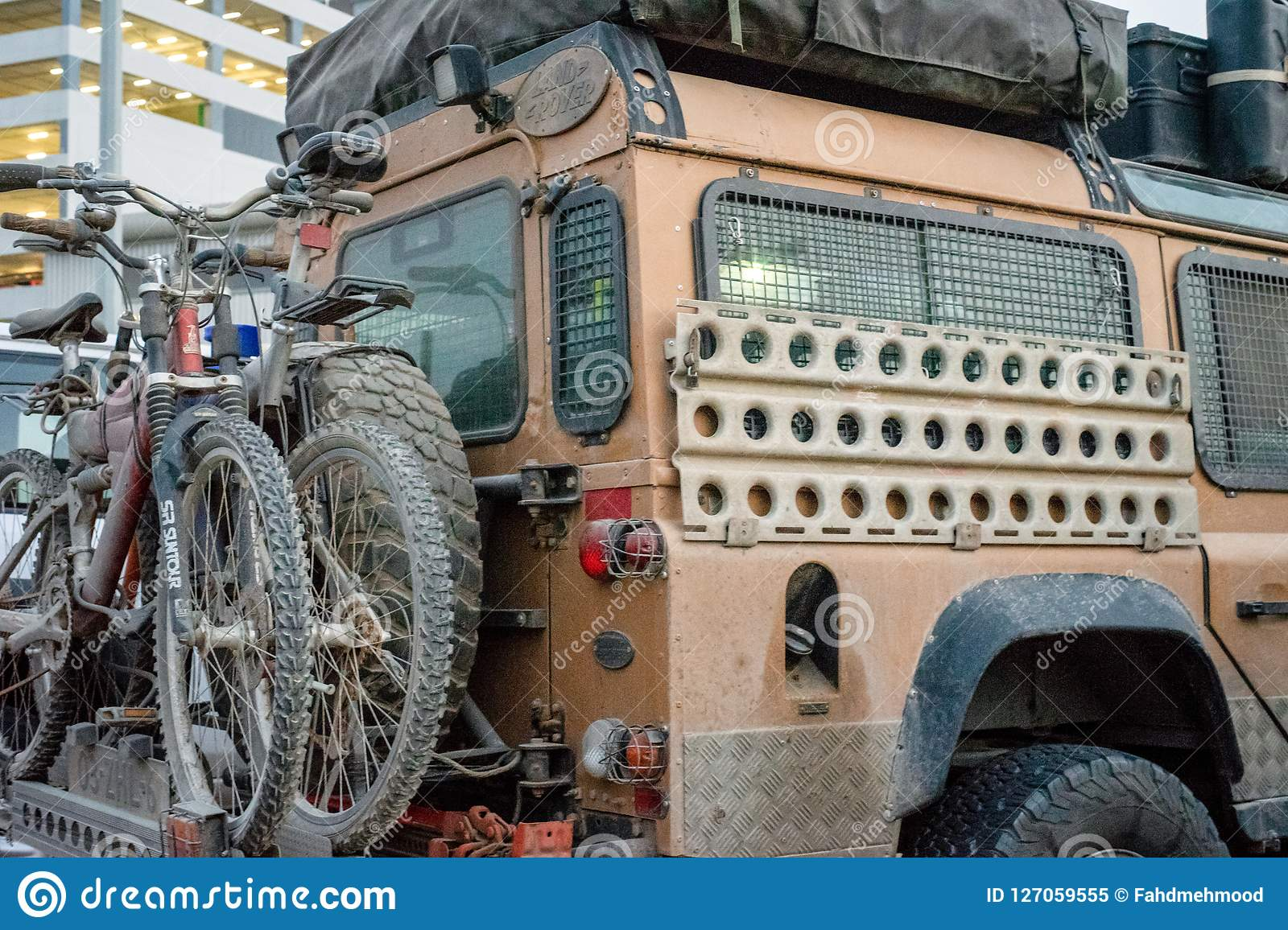 Expedetion Land rover, full of mud, packed with cycles
