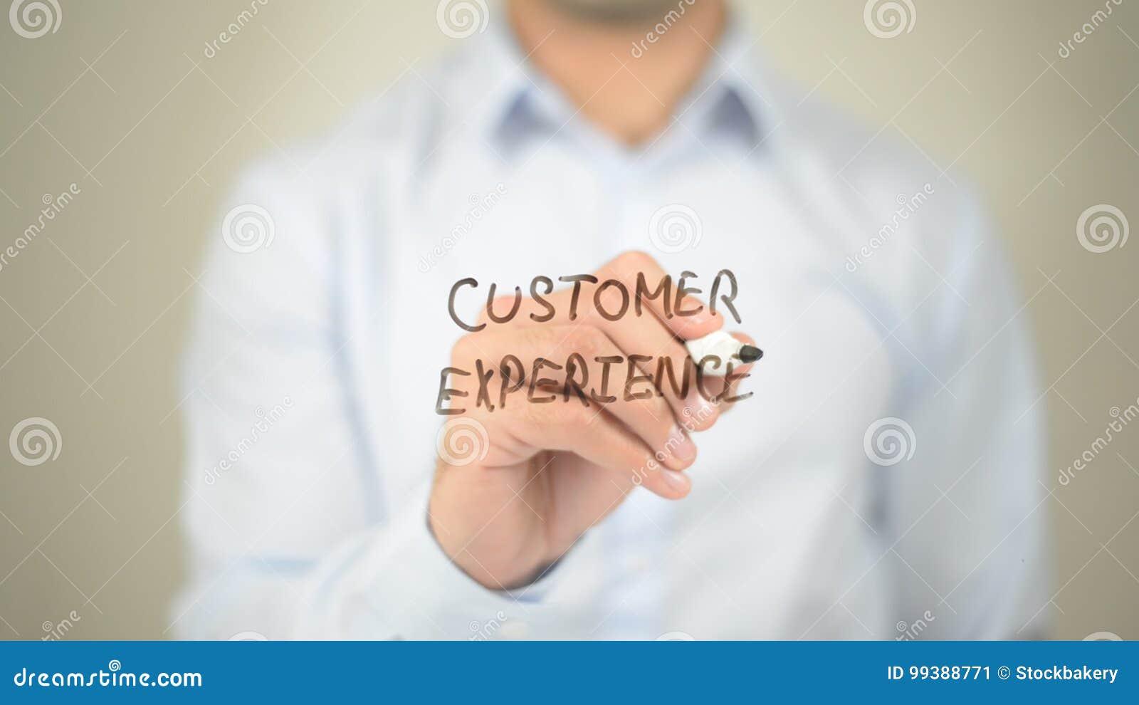 Experiência do cliente, escrita do homem na tela transparente