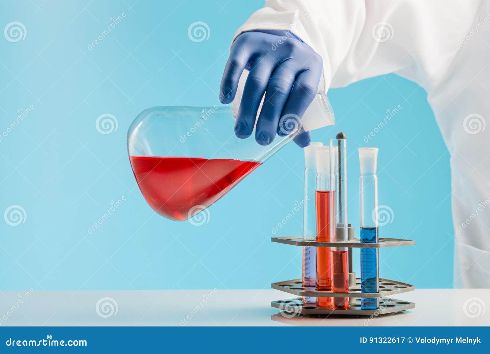 Experiências em um laboratório de química conduzindo uma experiência no laboratório