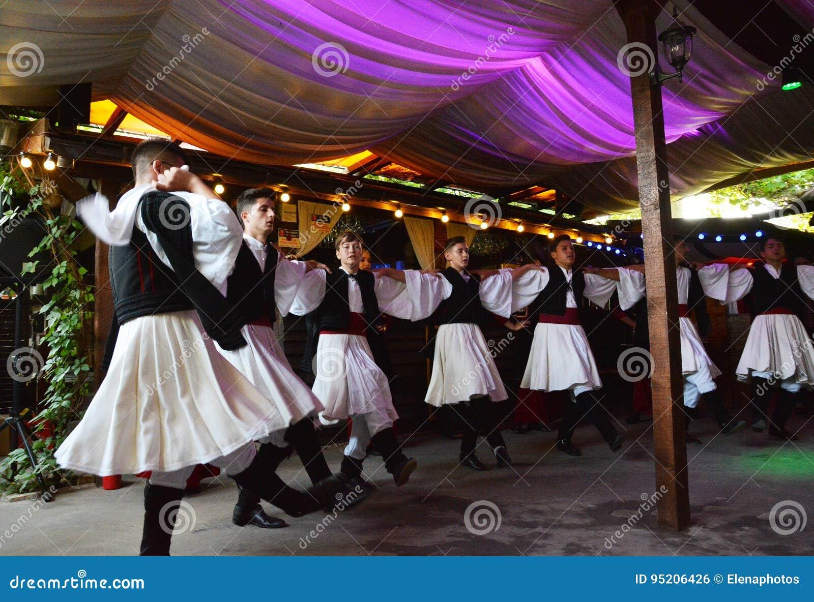 Experiencia auténtica y local en casa rústica con las danzas griegas