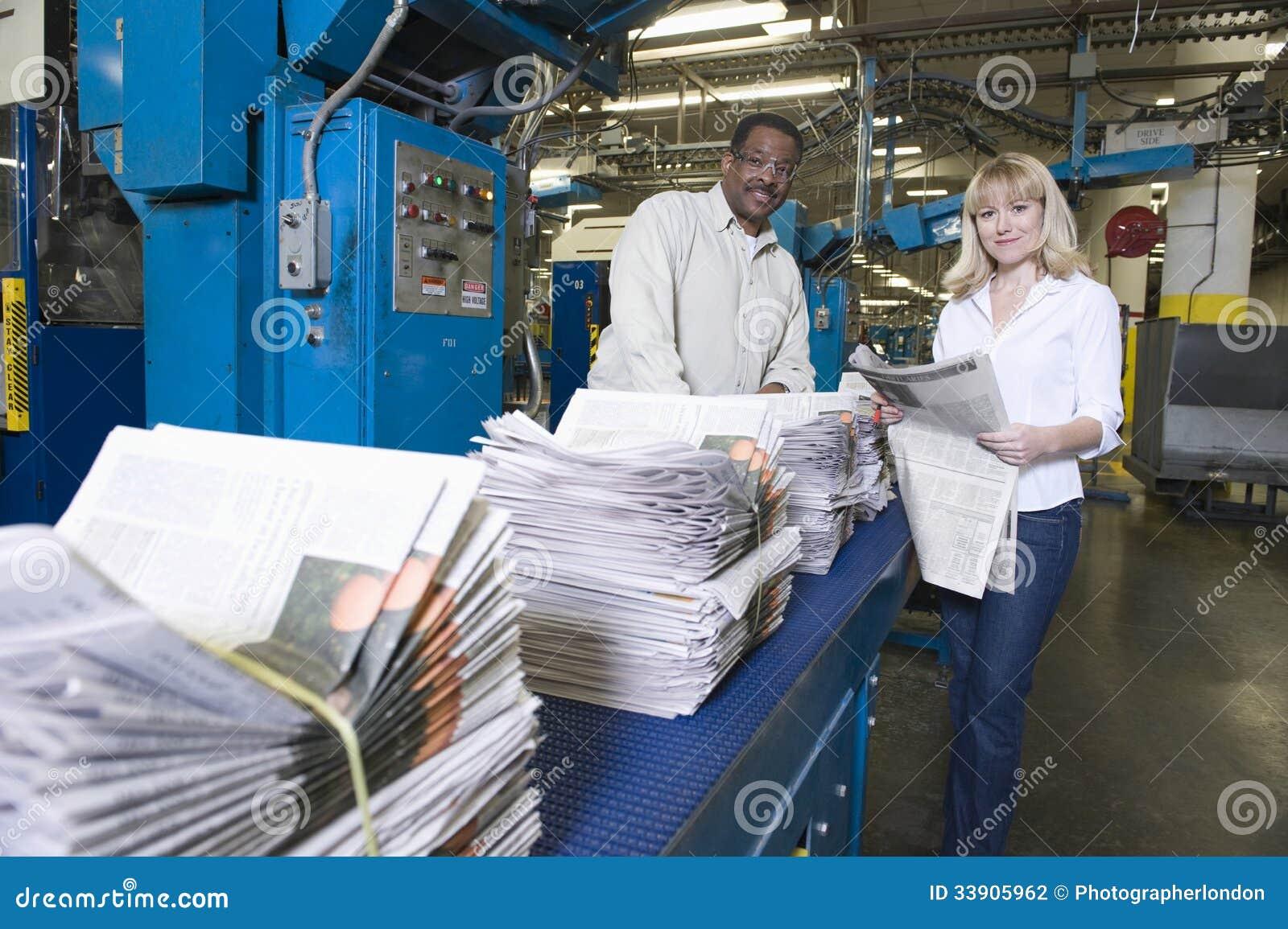Exploitanten die in Krantenfabriek werken
