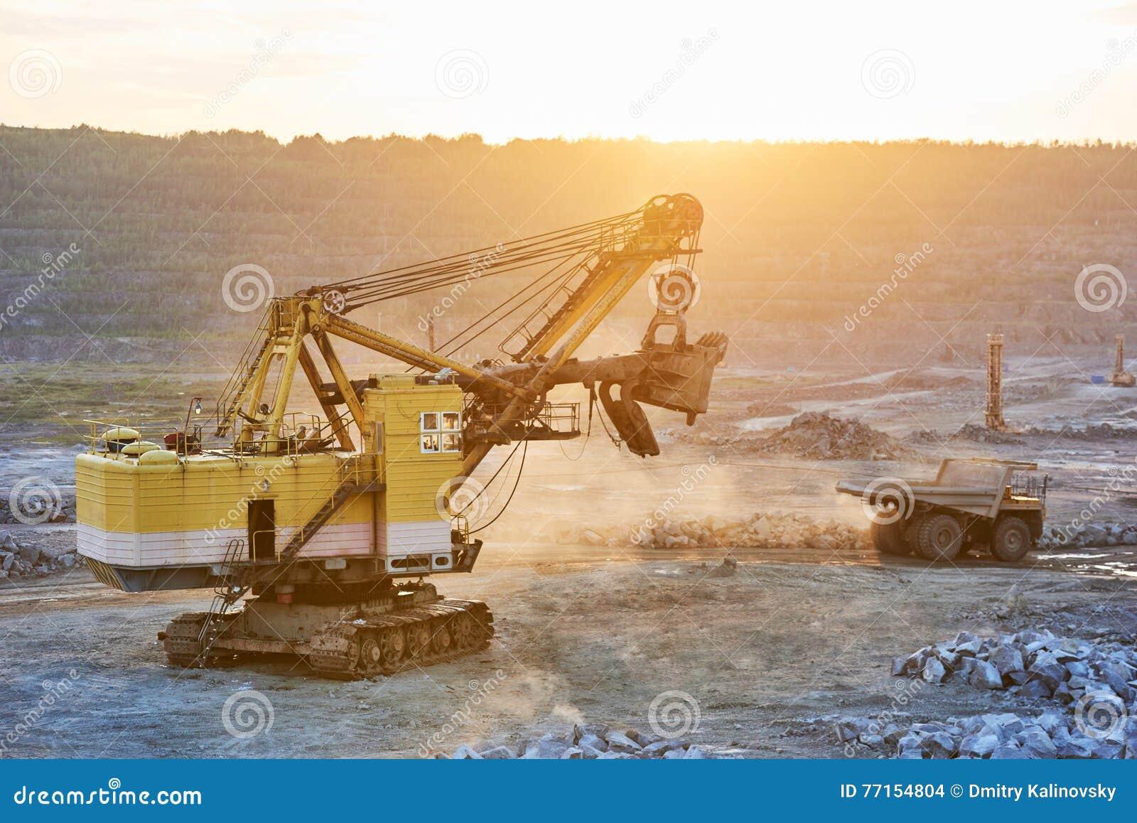 Exploitation excavatrice et camion à benne basculante en granit ou fer à ciel ouvert